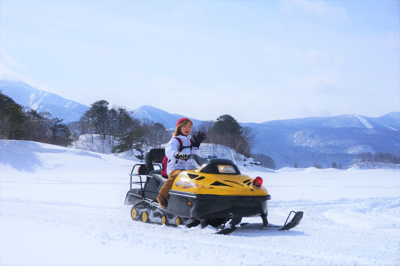 スノーモービルで雪上をドライブ。定員は2名まで
