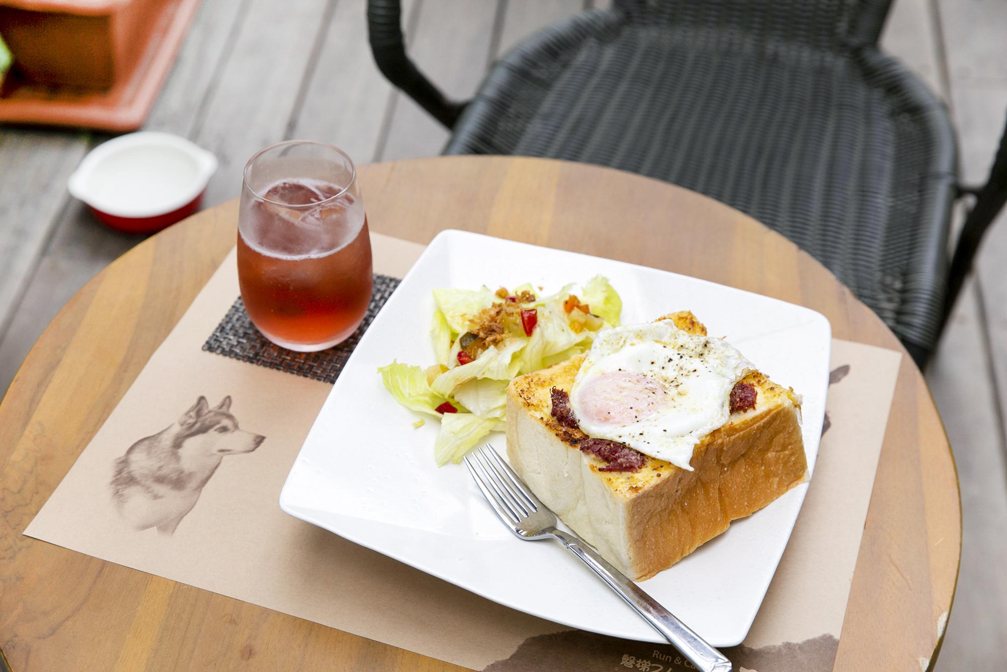 「ラピュタパンセット」1,100円。厚切りのパンにコンビーフと目玉焼きをトッピング