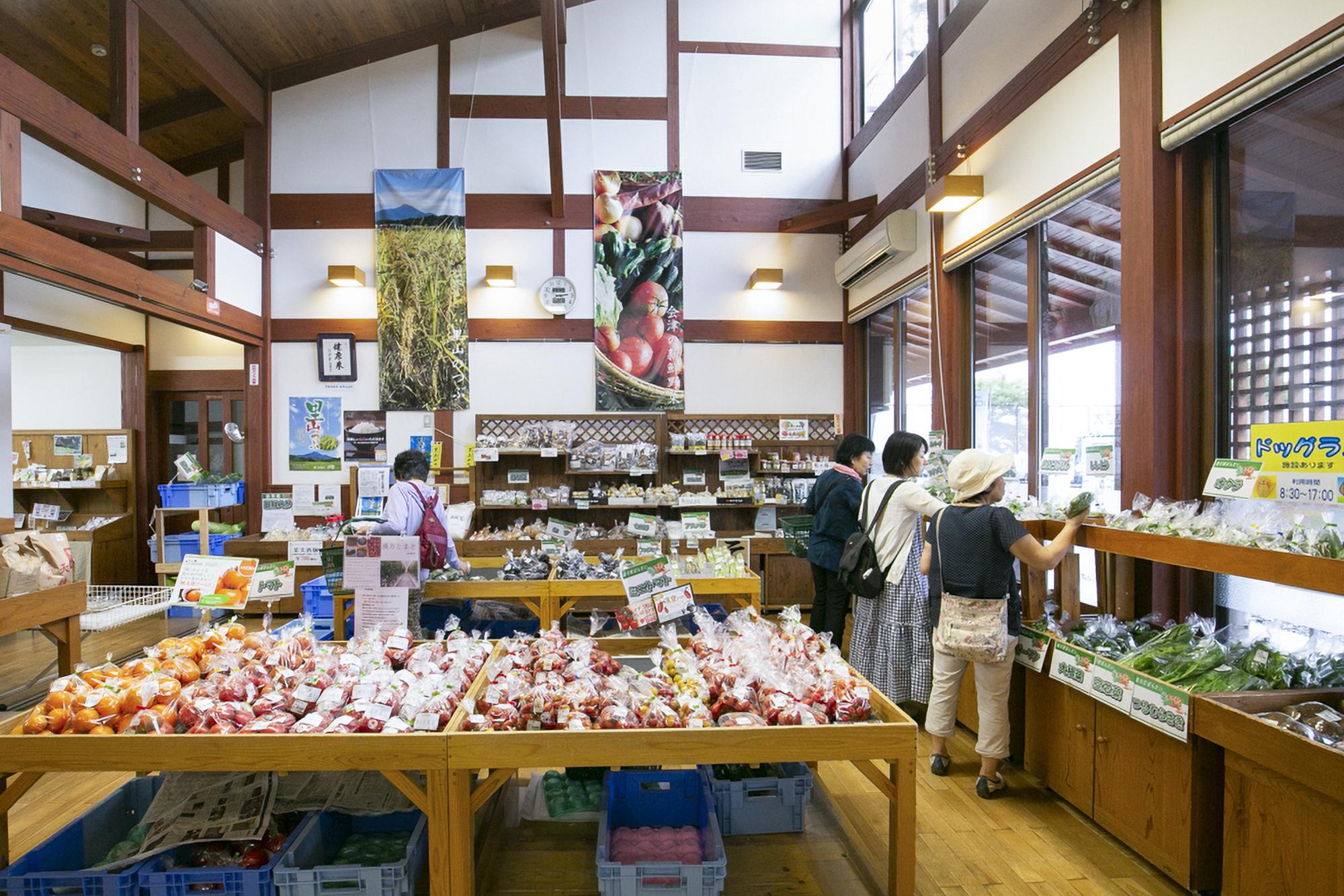 新鮮な地野菜が並ぶ生産者直売所。手作りの惣菜も人気