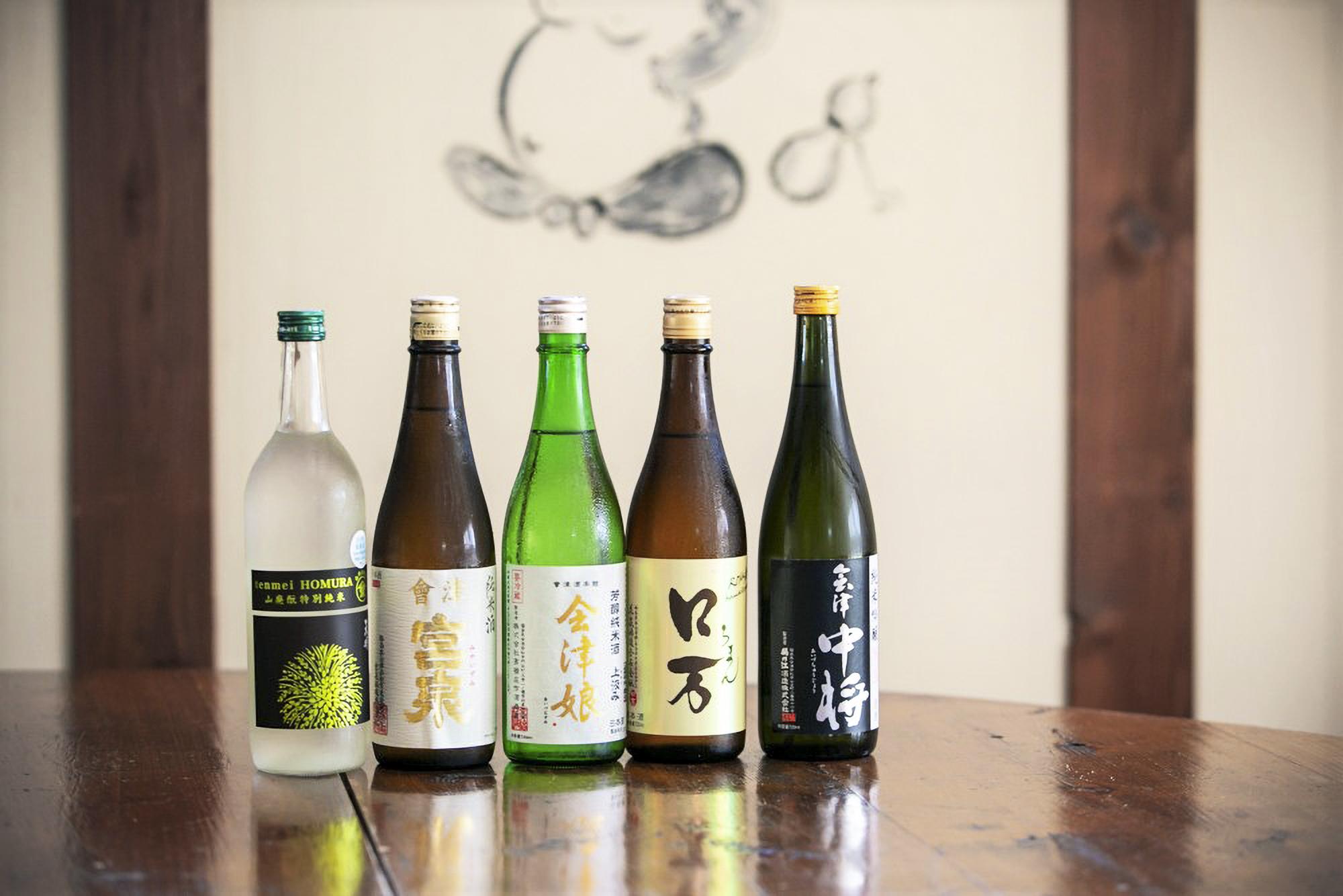定番酒や季節限定品、オリジナルの日本酒も揃う