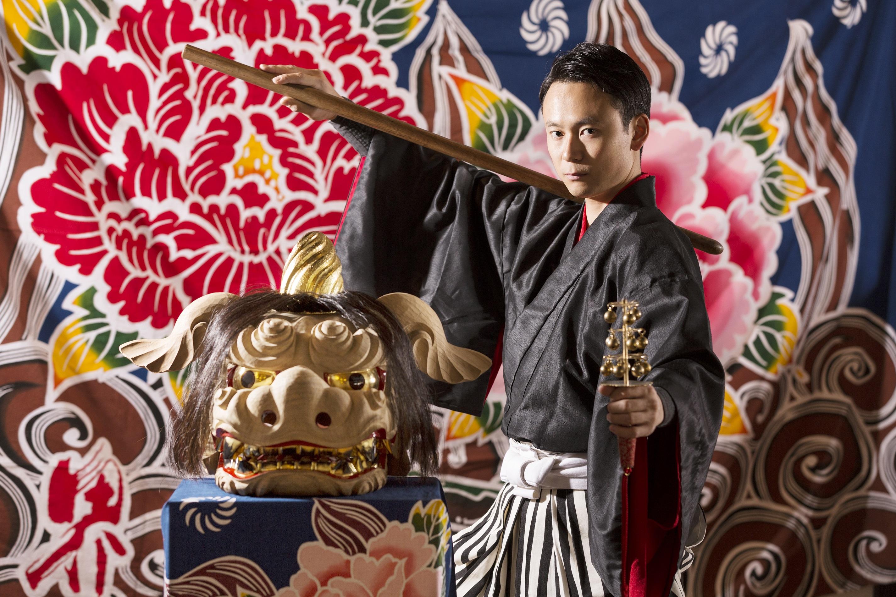毎晩演じられる加賀獅子舞は一度見たら忘れられないほどの迫力