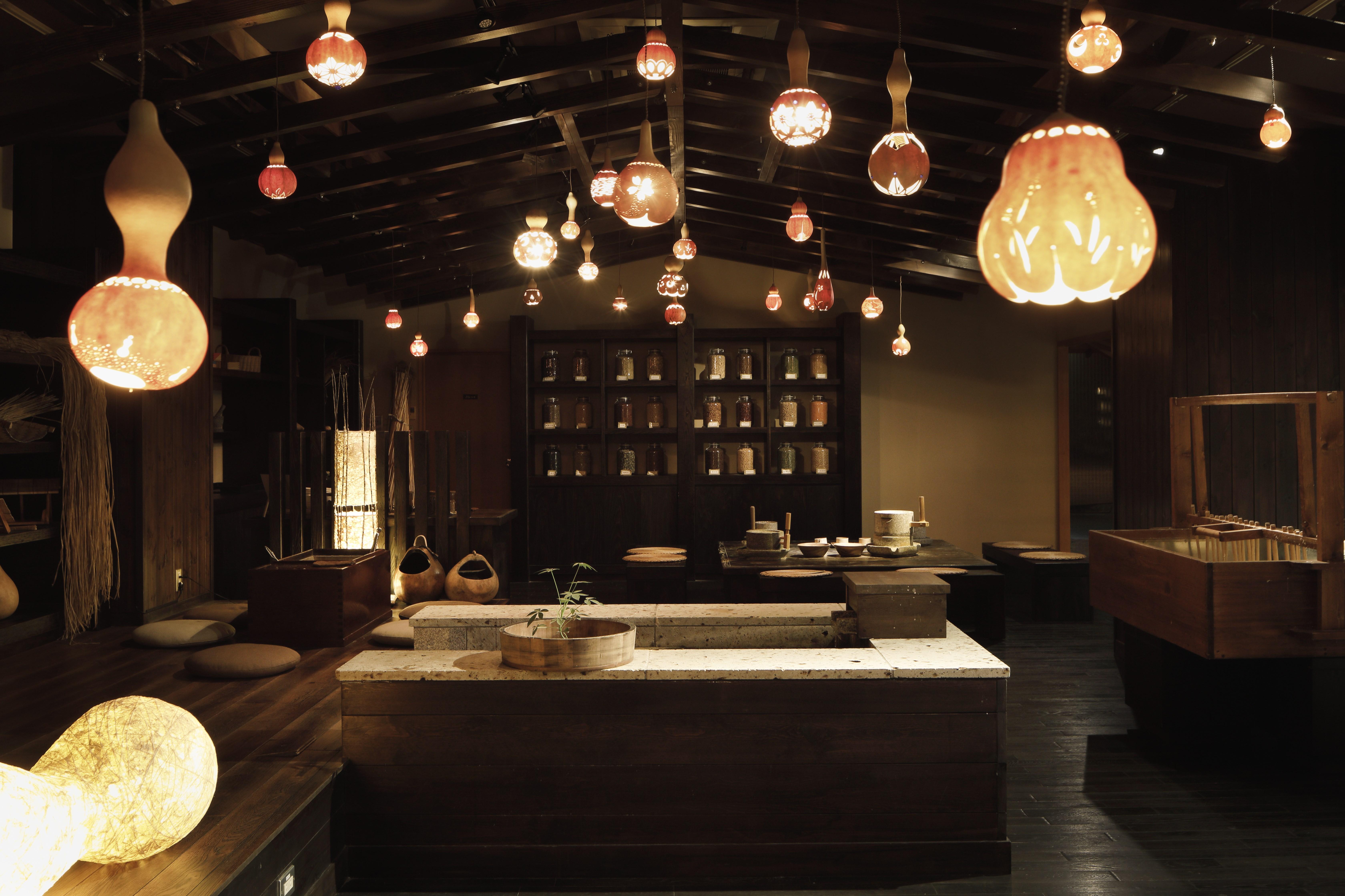 「里山工房」では大豆を石臼を挽くきなこ作り(無料)や、和紙の手漉き体験(無料)が楽しめる