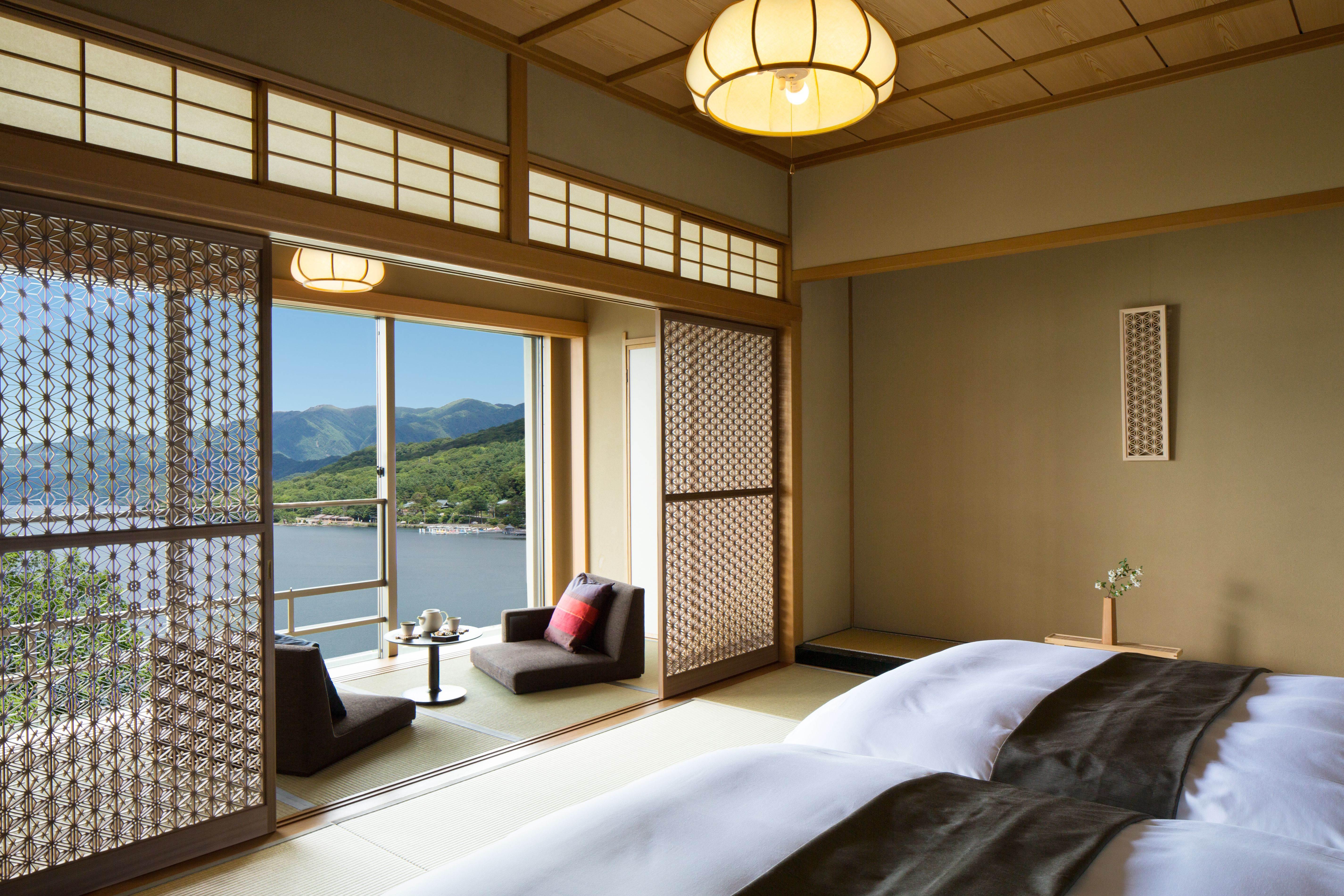 客室は全室が60㎡以上のゆとりのある贅沢な造り。ほぼ全ての部屋から中禅寺湖と男体山を望むことができる
