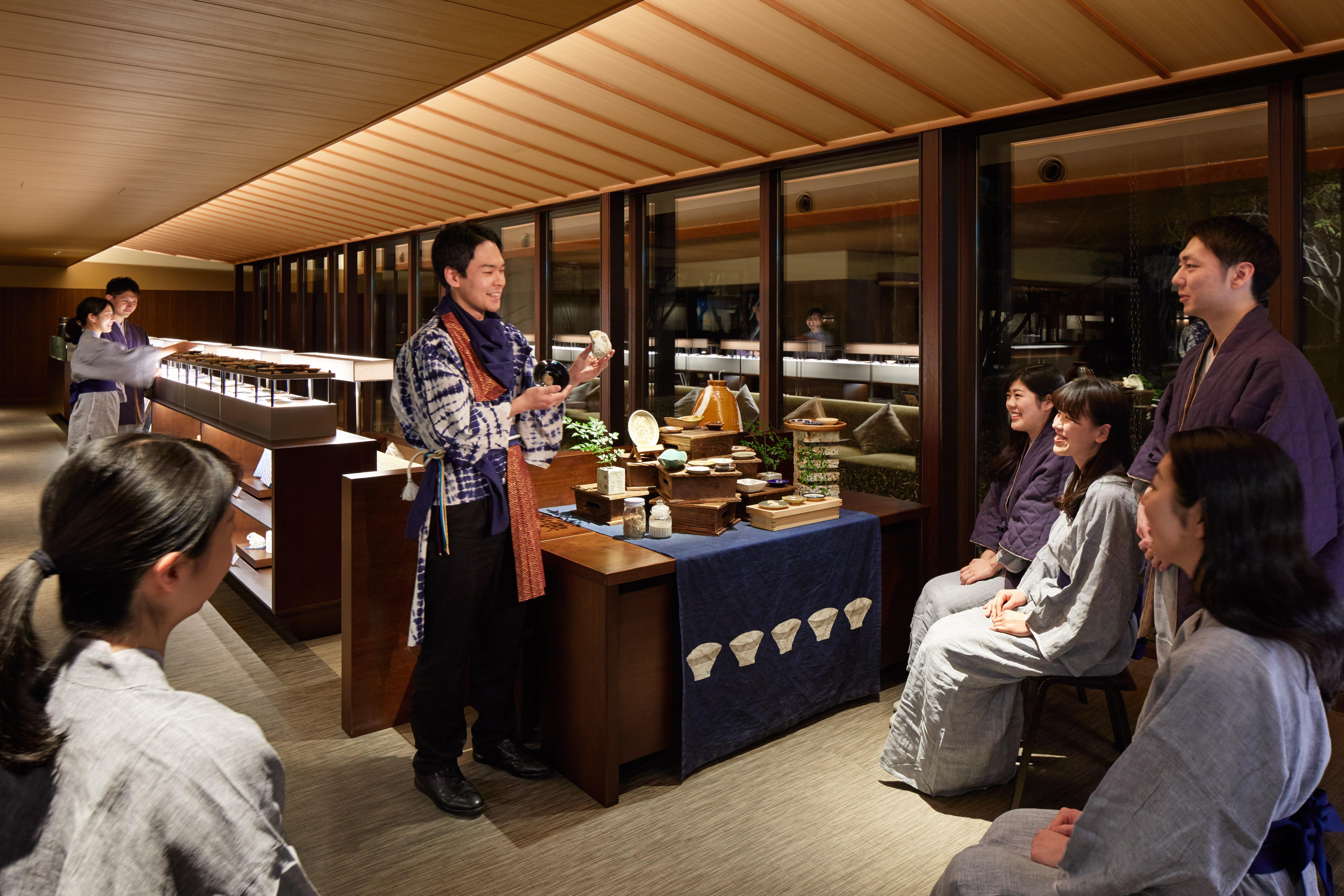 毎晩開催の「益子焼ナイト」(無料)では、「益子焼マイスター」が器の楽しみ方を楽しく紹介