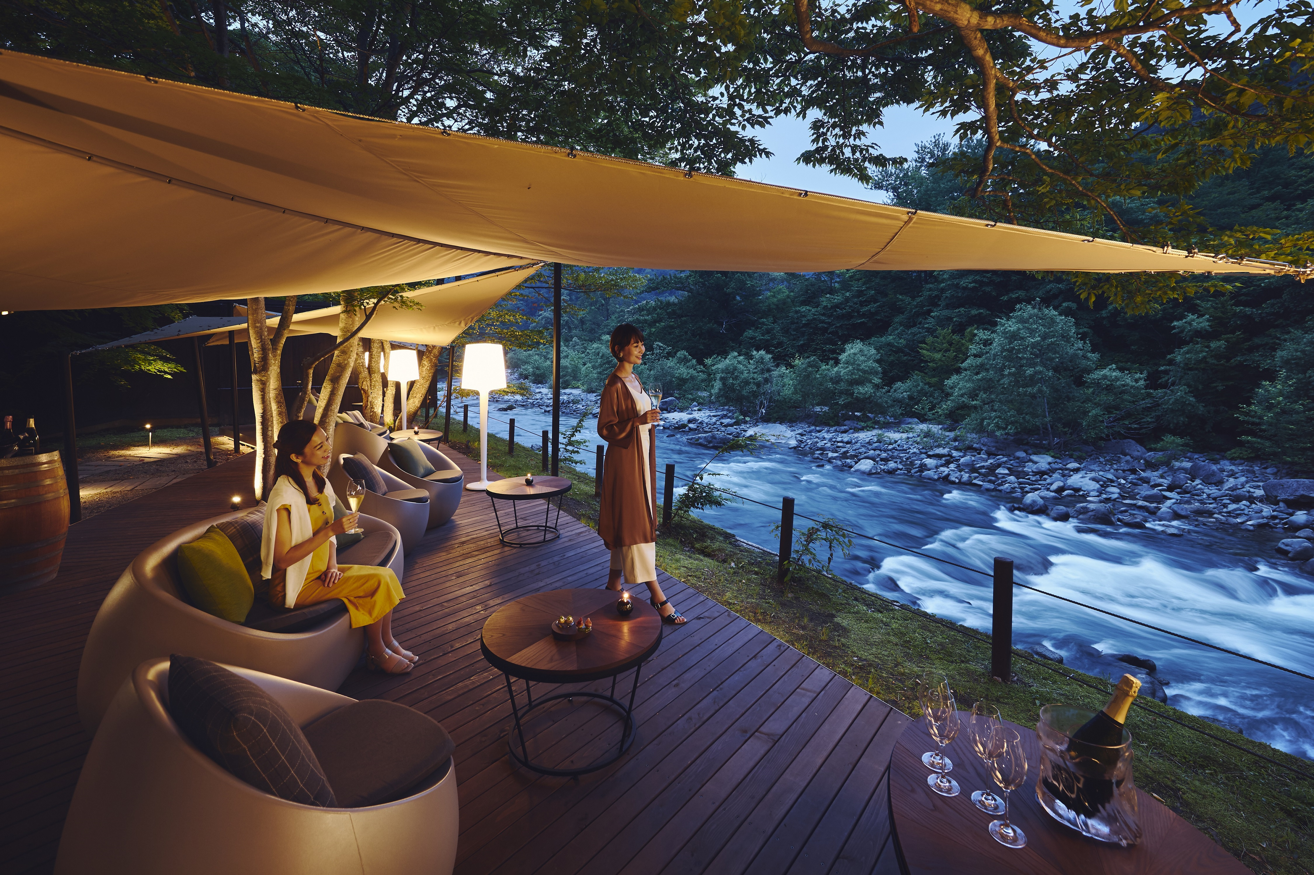 フレンチレストラン「Sonore」。渓流を望むテラスで特別な時間を