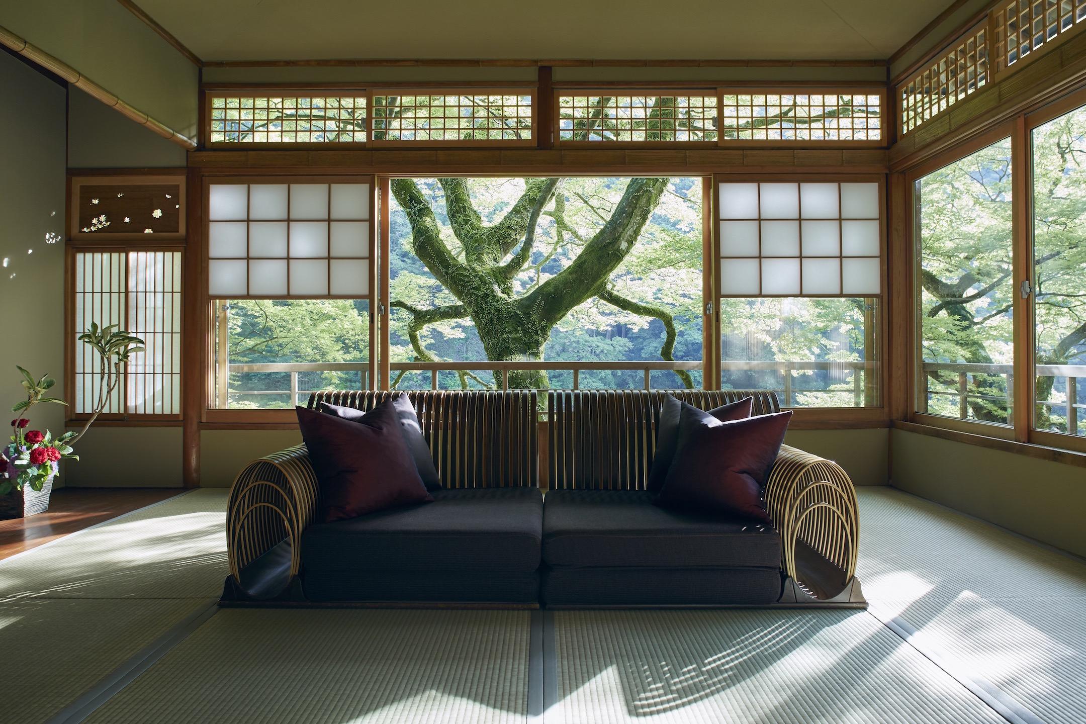 畳ソファでくつろぎながら、京都の四季の眺めが楽しめる客室