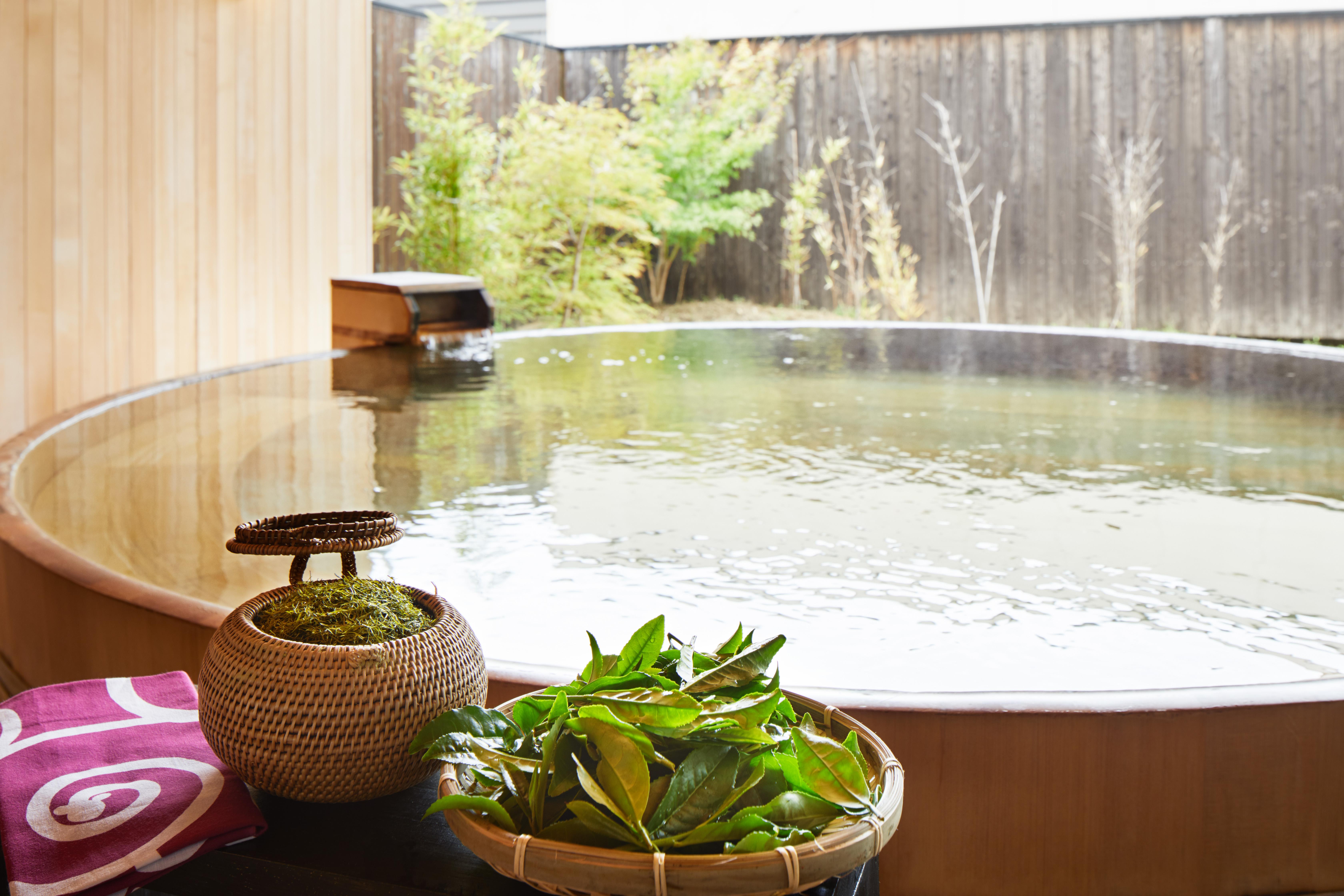 無農薬茶葉を籠にぎっしり詰め込んで露天風呂に浮かべた「お茶玉美肌入浴」