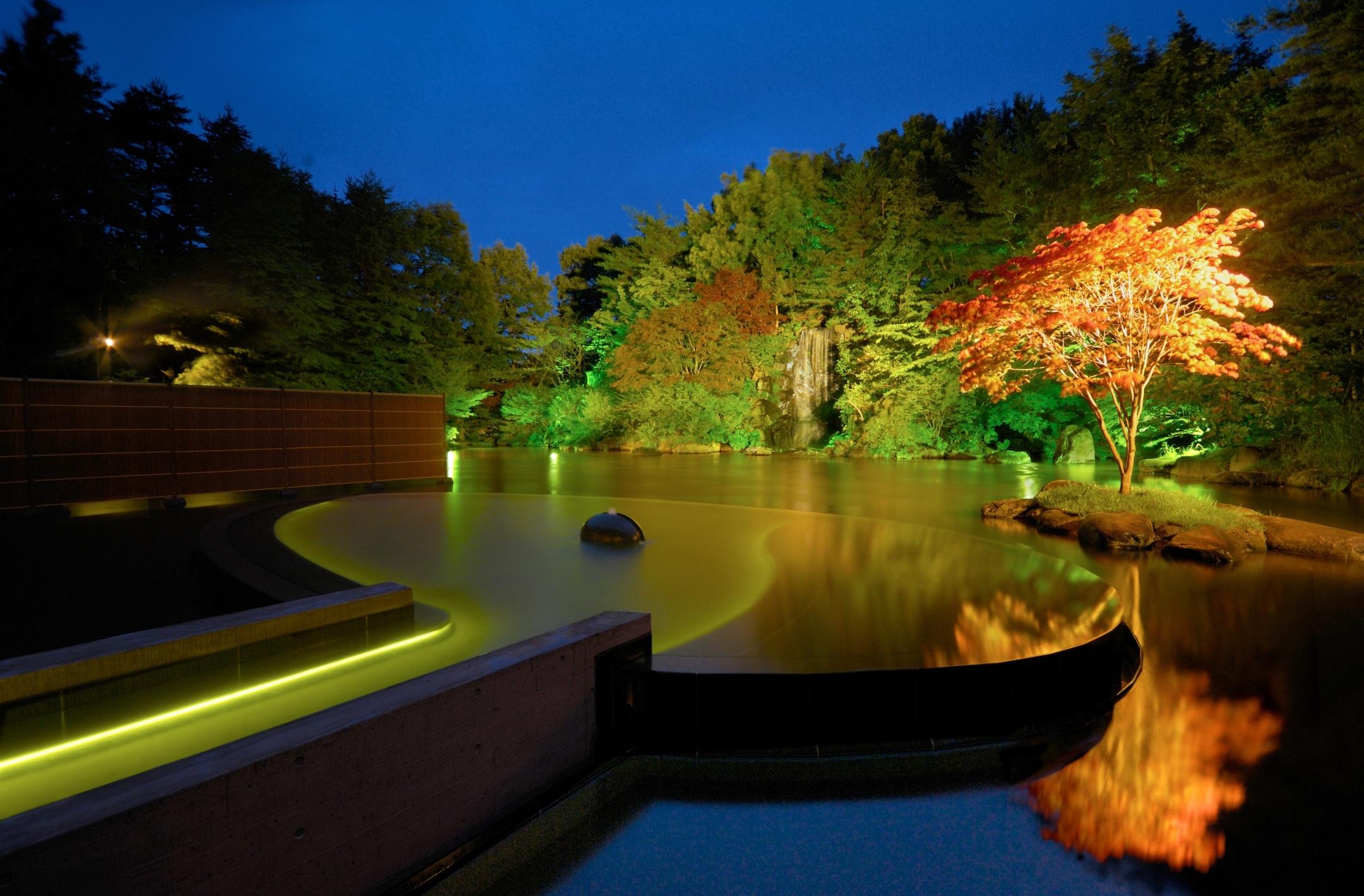 幻想的な景色の「浮湯」(写真)のほか、爽やかな香り漂う「ひば湯」など、様々な温泉を満喫できる