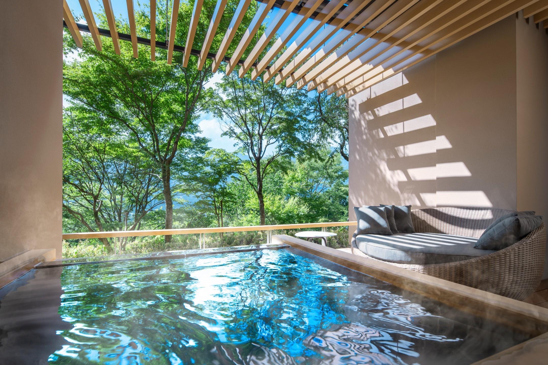 客室は全室露天風呂付き。琉球畳の上にソファーを配した和洋室タイプ