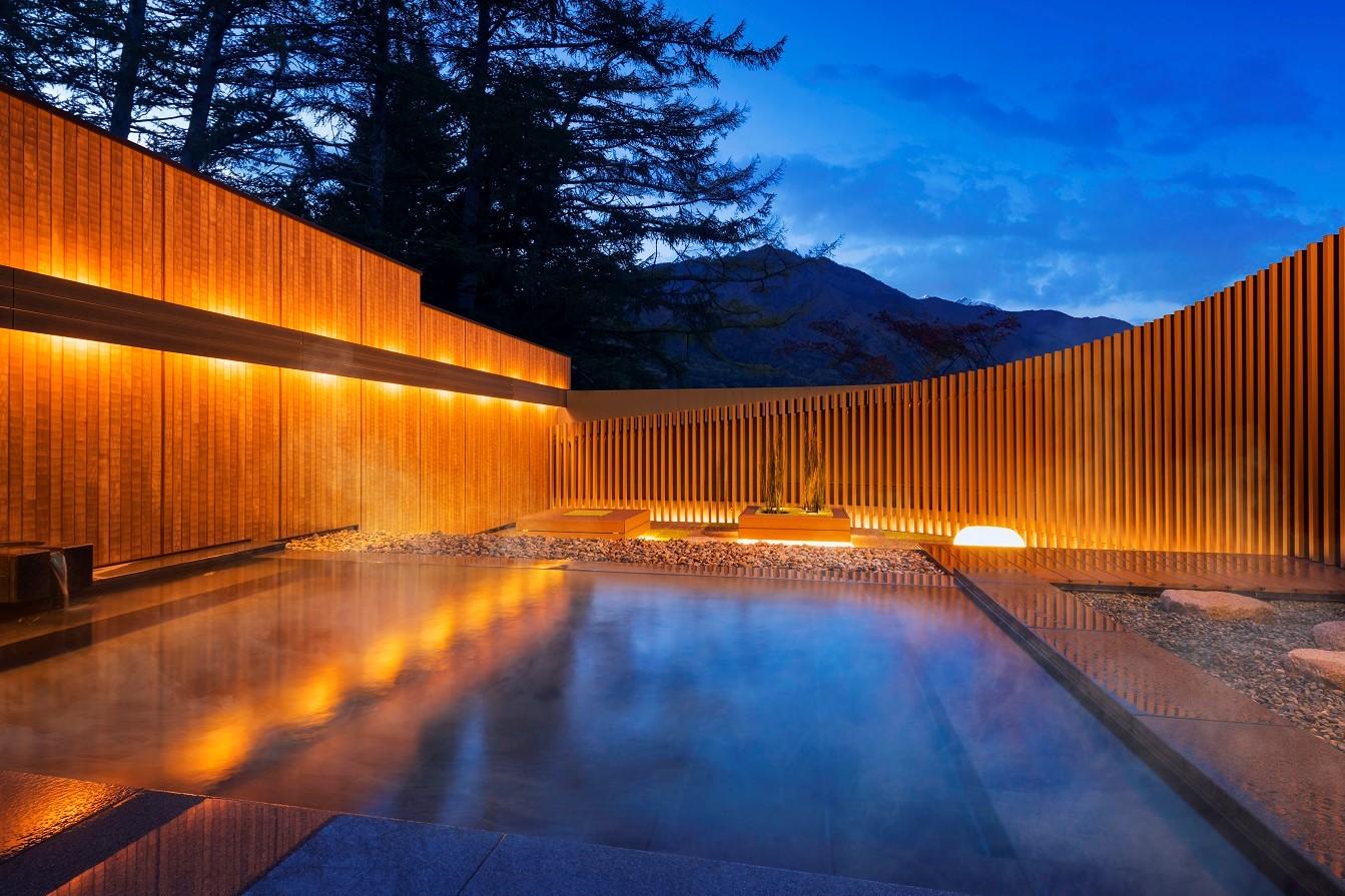 温泉は、北アルプスの麓に位置する湯量豊富な秘湯・葛温泉からの引湯