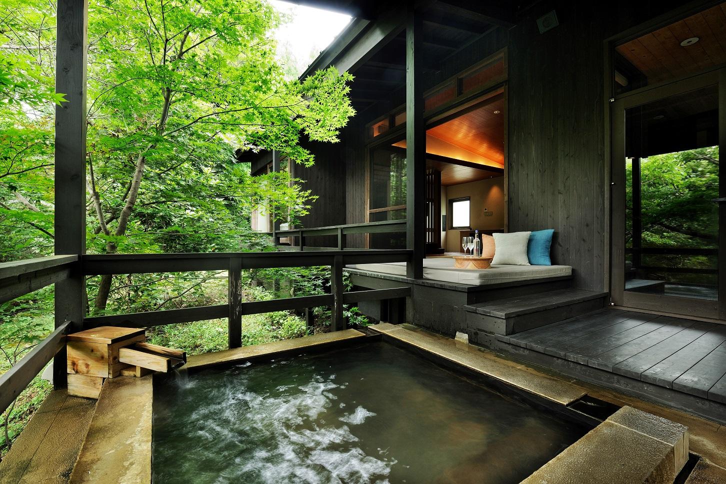 客室は露天風呂付付きの離れ。大自然との一体感を感じられる
