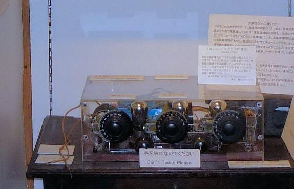 内部構造が見られるように復元されたラジオ
