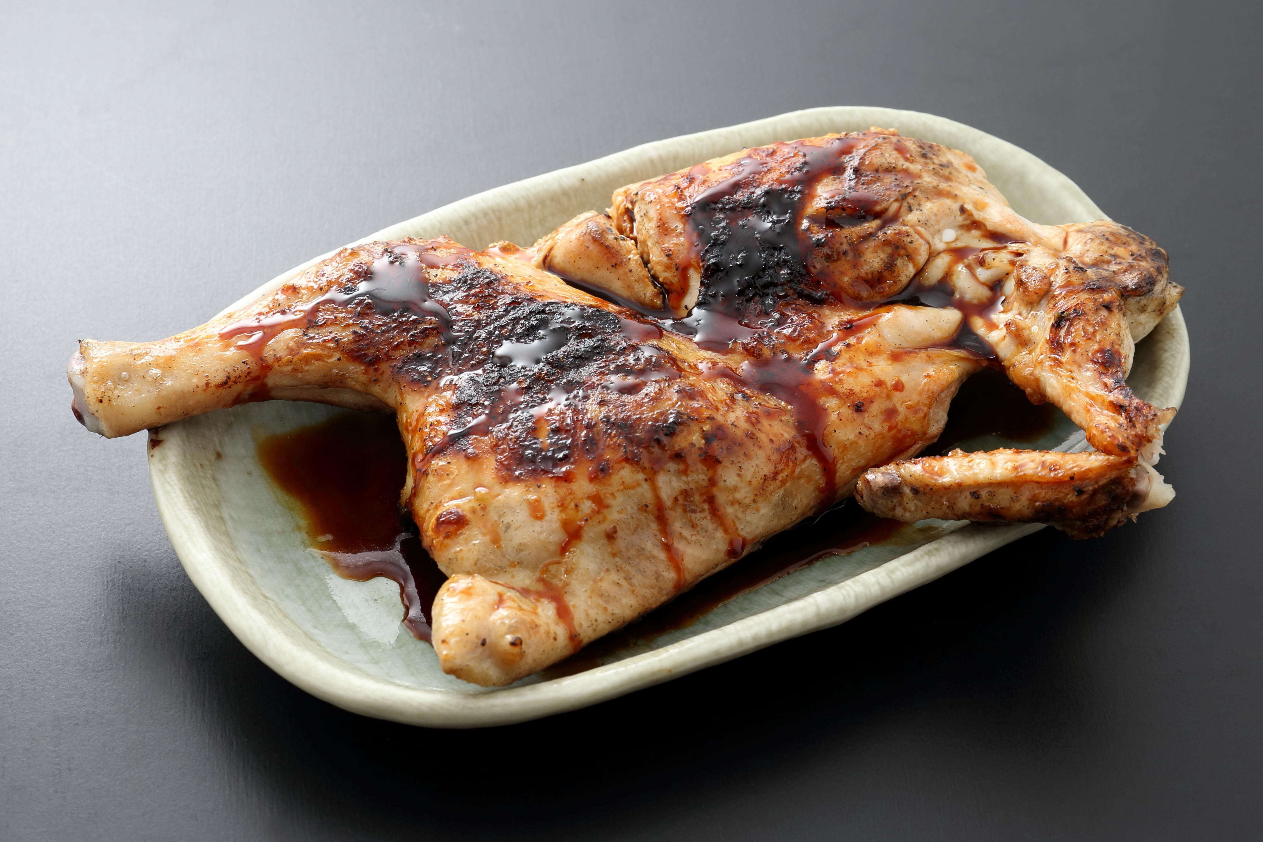 新子焼き1,380円(税別)。無冷凍の生肉や野菜を丁寧に手打ちした串物は30種以上