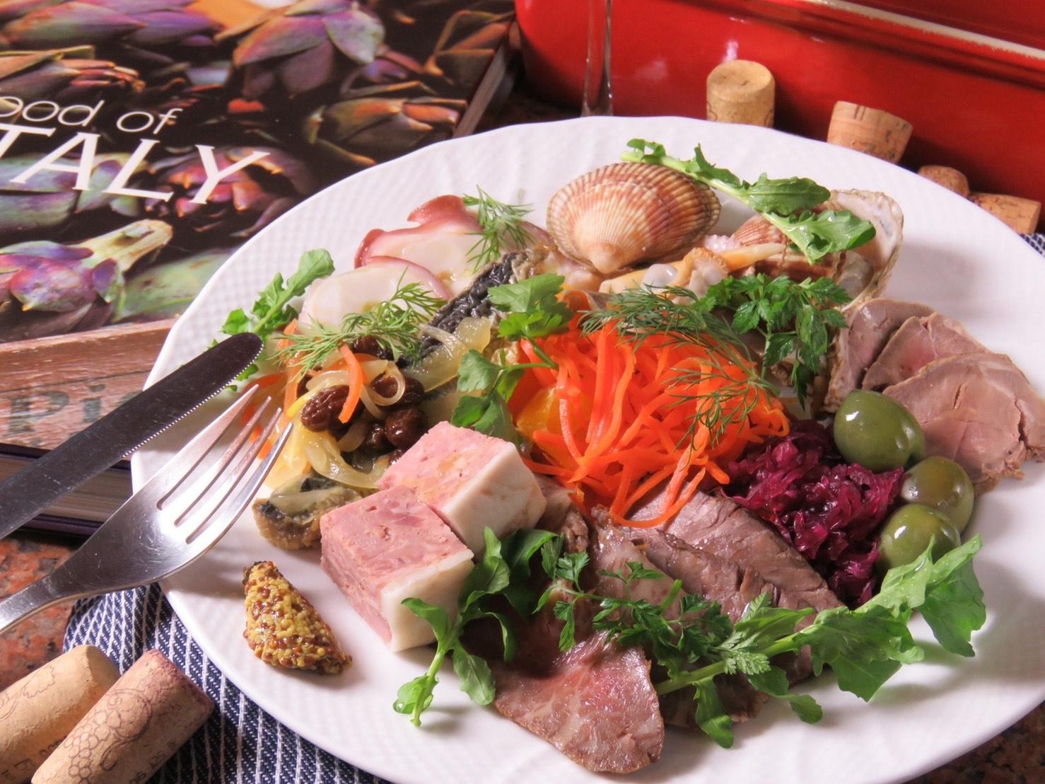 自家製ハムや旬の魚菜を一皿で楽しめる「本日のいろいろ前菜の盛り合わせ」2人前¥1,300〜(税別)