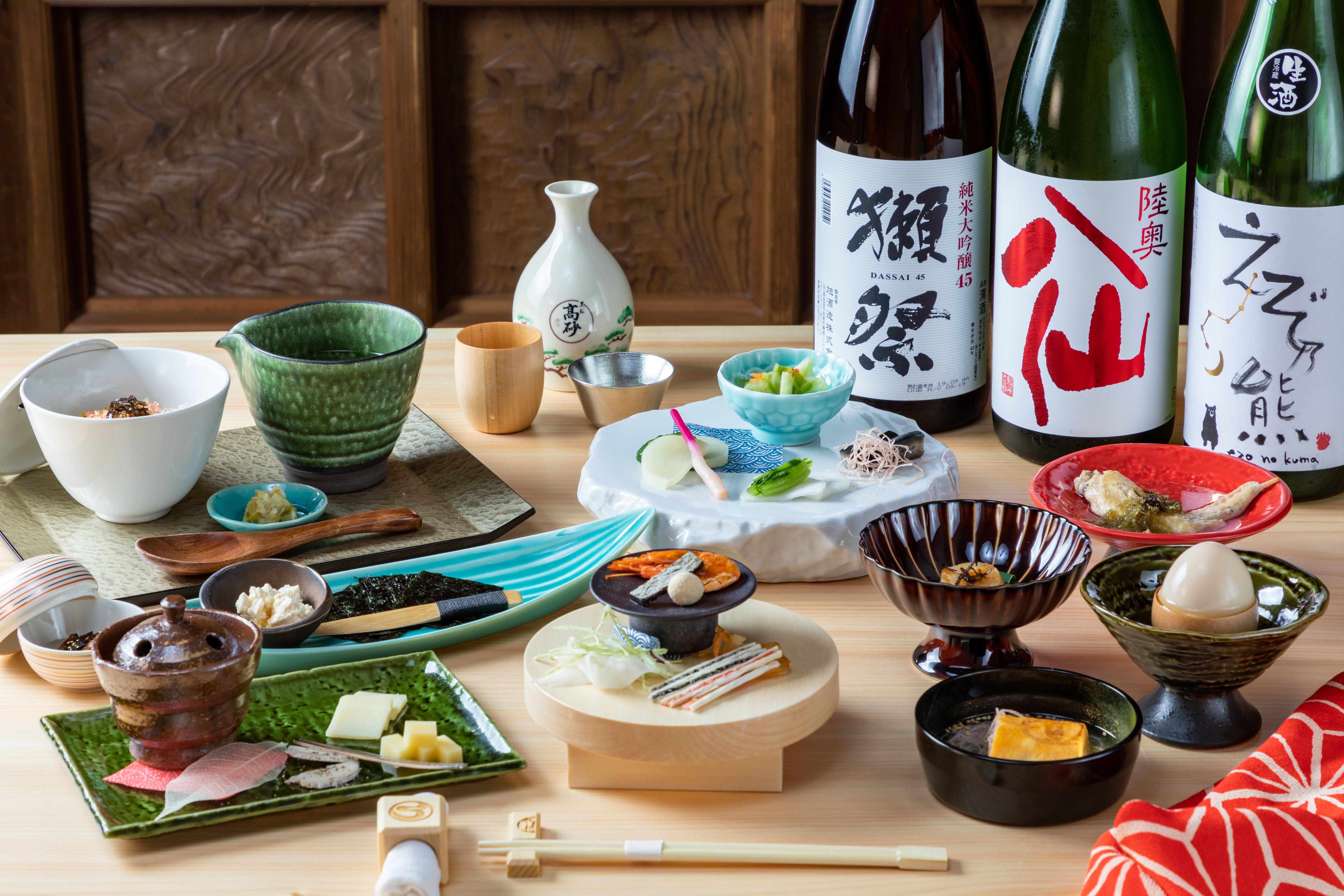 日本酒は1杯380円から。目と舌を楽しませてくれる美しいしつらえの酒肴も多彩