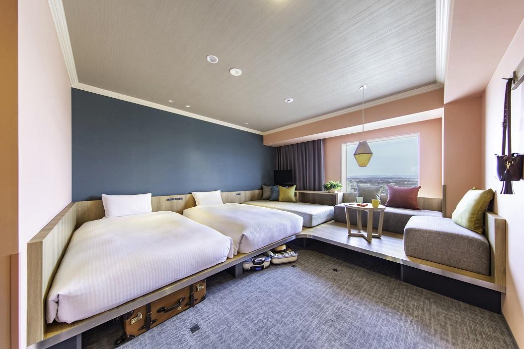 ベッド下に収納スペースがあり、2~3名でも広々と使用できる「スーペリアルーム」