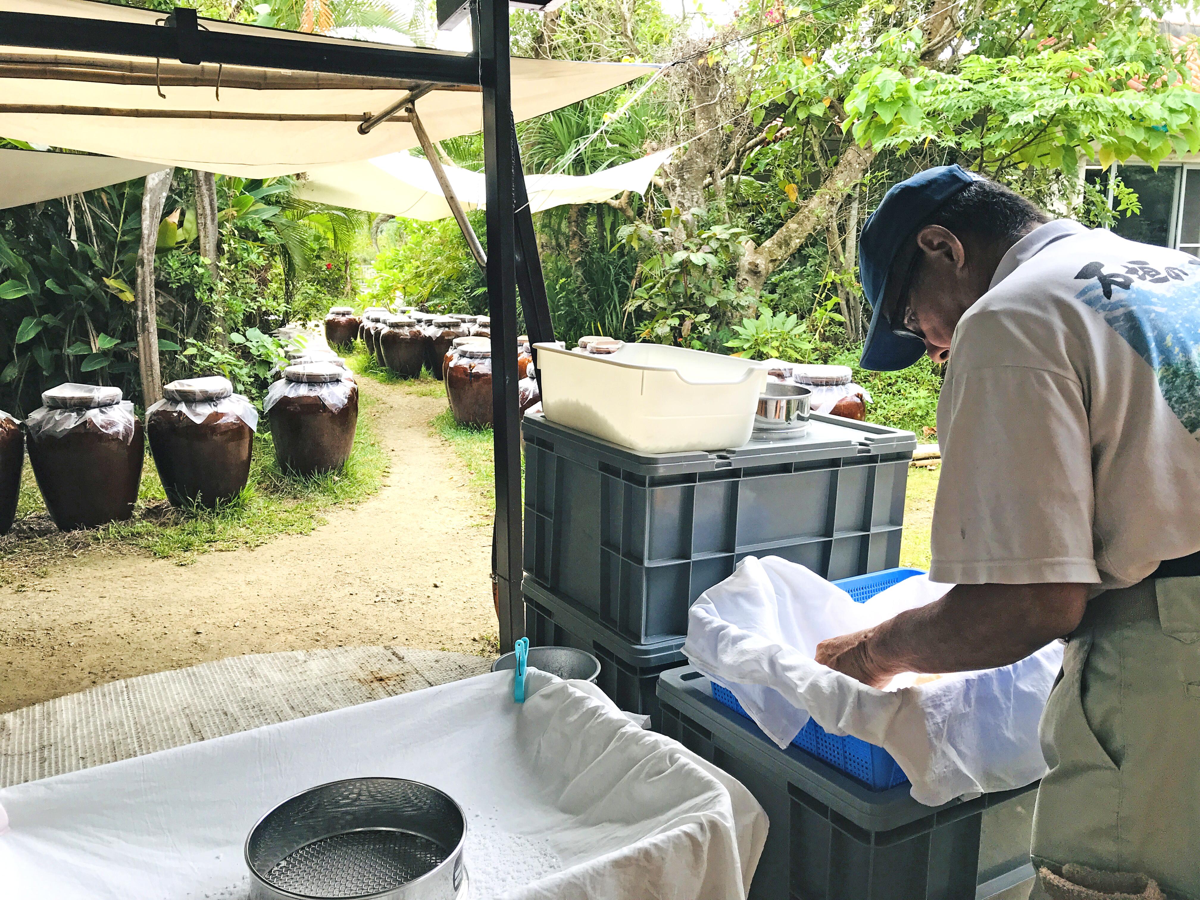 塩の結晶の大きさを手作業で選別する職人。天気の良い日は作業風景が見られる(9:30〜14:00頃)