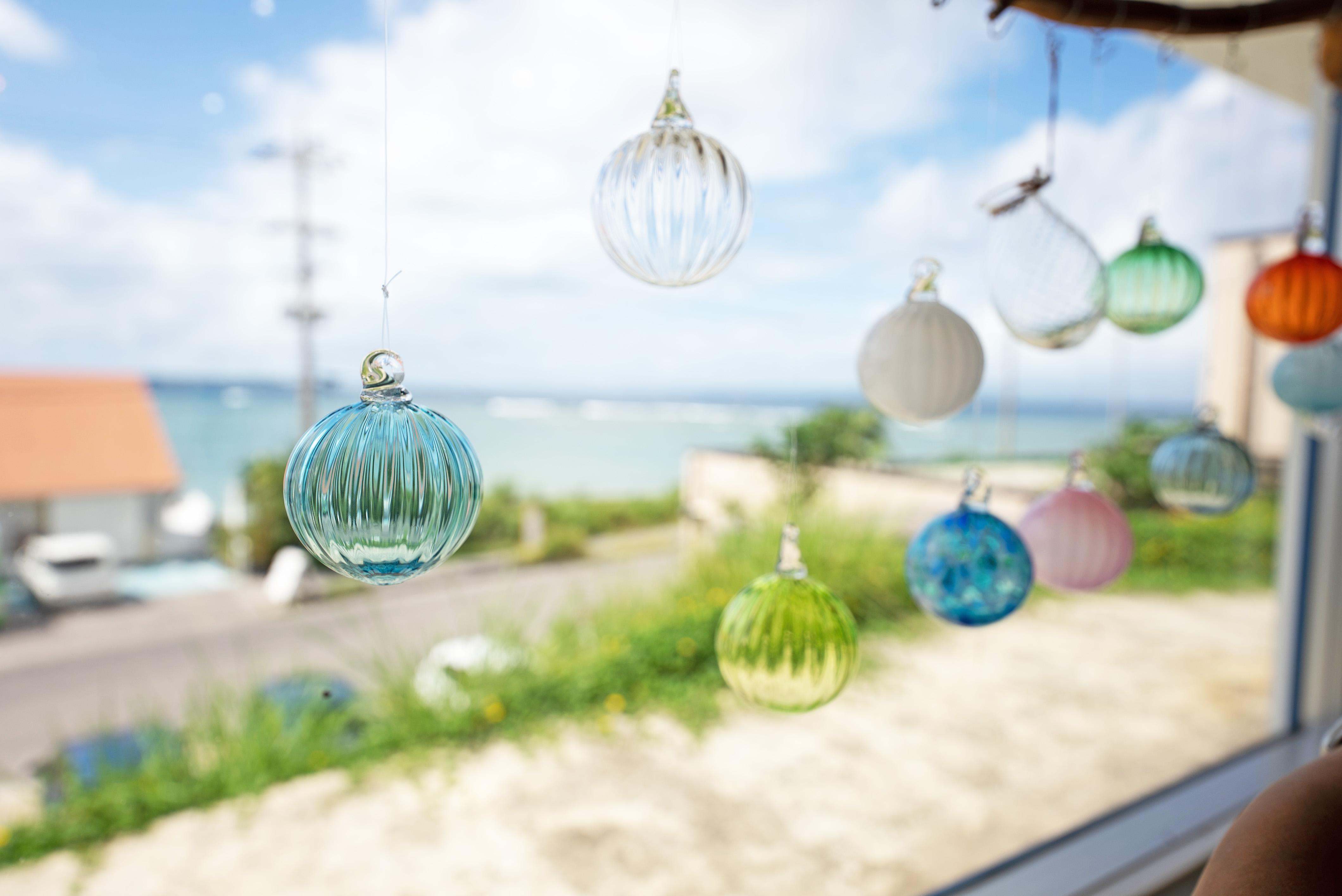 石垣島の美ら海を望むハイセンスな工房。「ジェルキャンドル作成」など、子どもでも楽しめるメニューもそろう