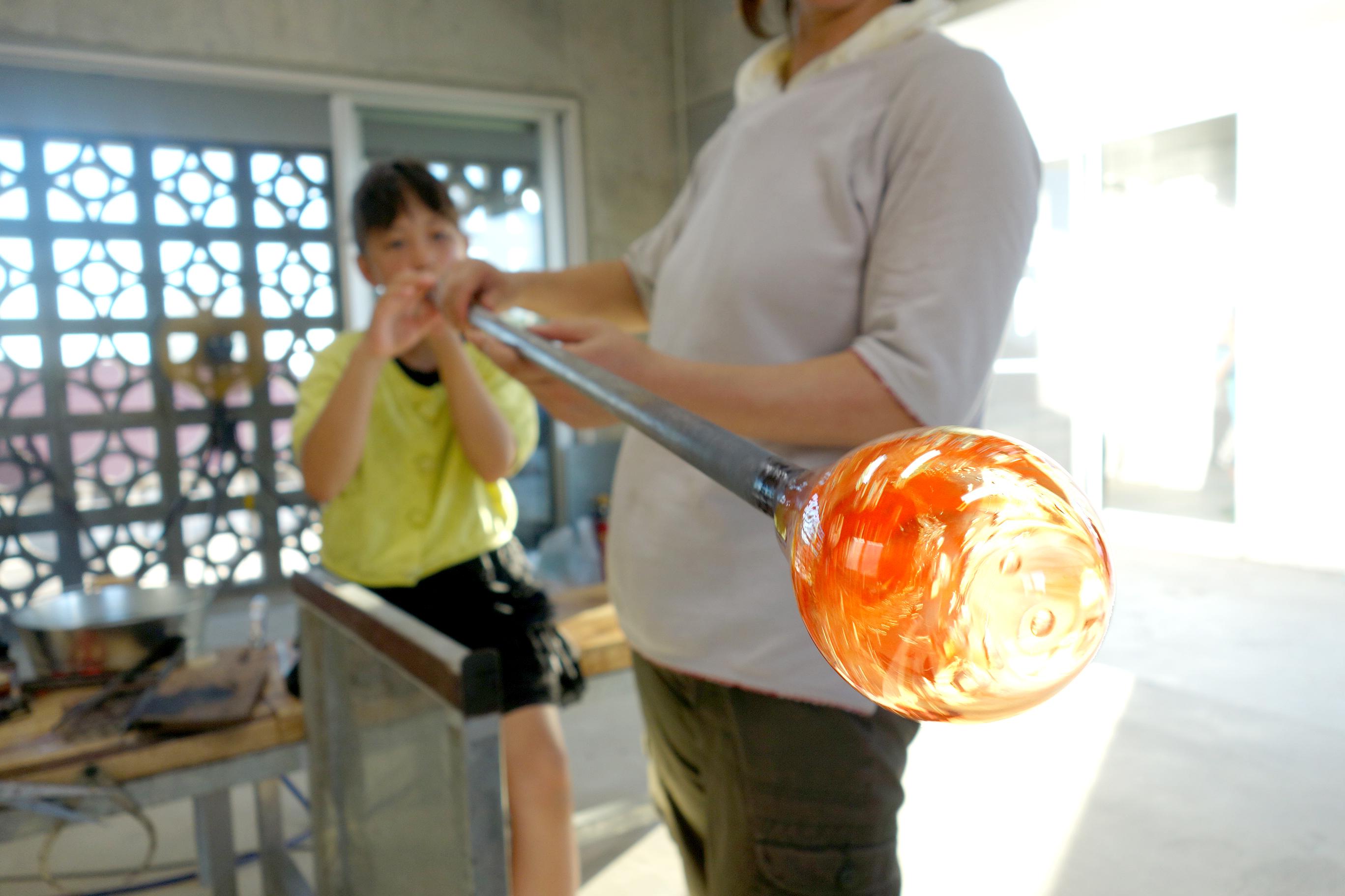 溶かしたガラスはあっという間に固まってしまうので素早い作業が肝心