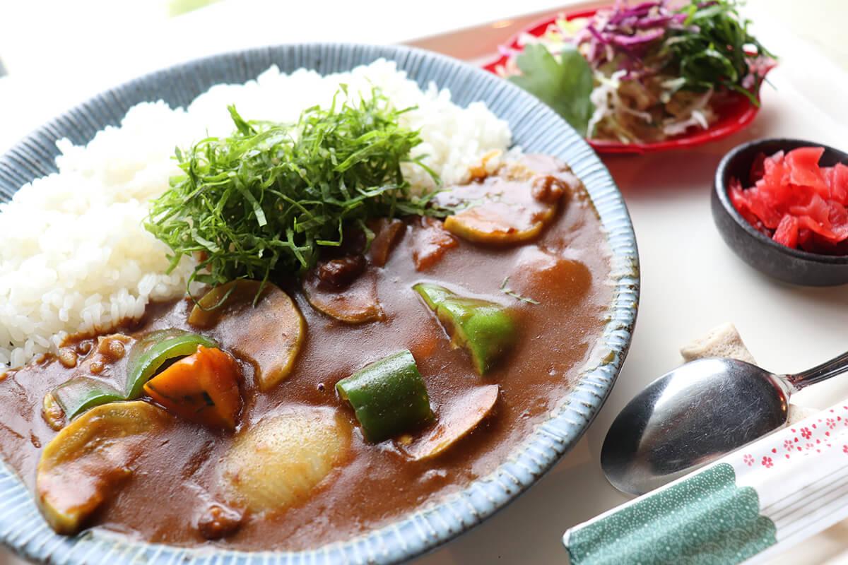 旬の野菜がたっぷり「季節の島野菜カレー」850円