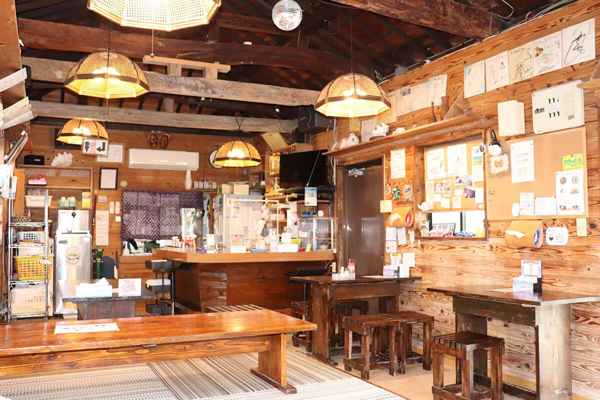 琉球建築で作られた店内は温かみある空間。夜は地元の常連客でにぎわう