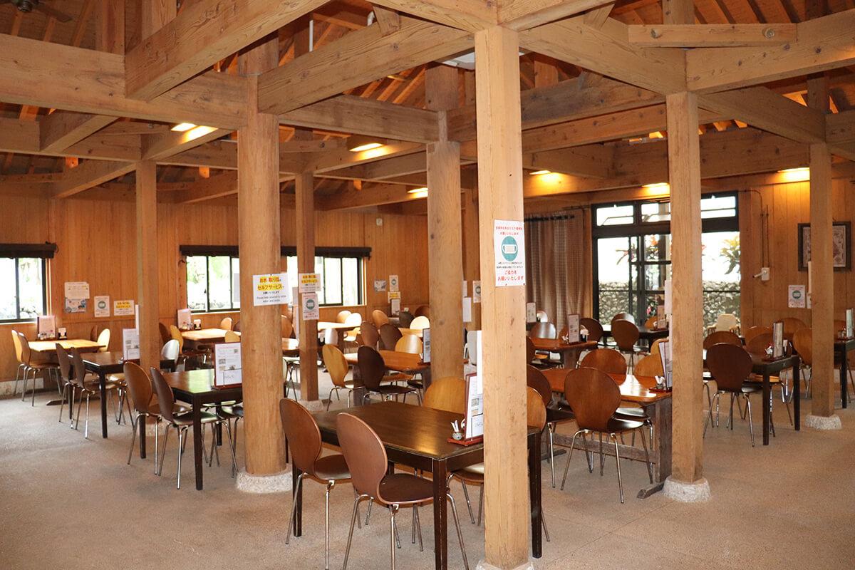 天井が高く広々した店内。竹富島の中で最も席数が多いため、グループでの利用もおすすめ