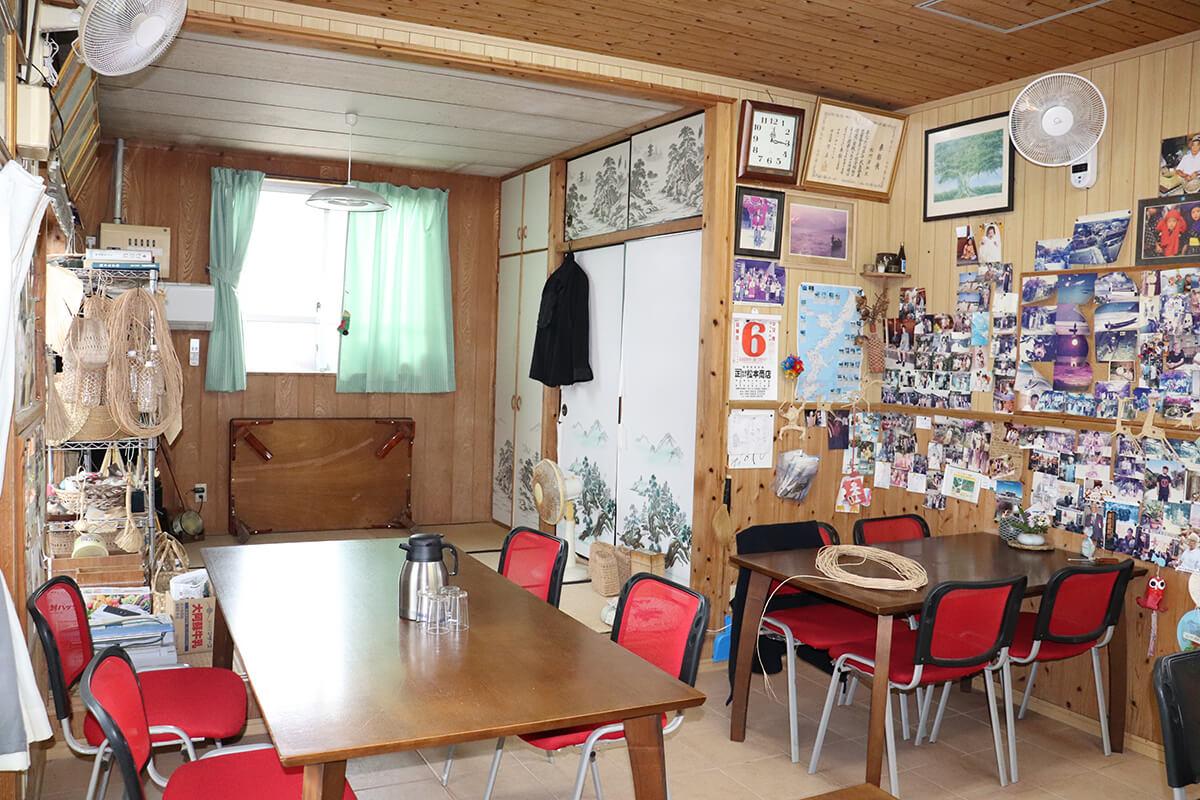 お客さんの写真が飾られ、長年愛されている宿の温かみが伝わってくる店内