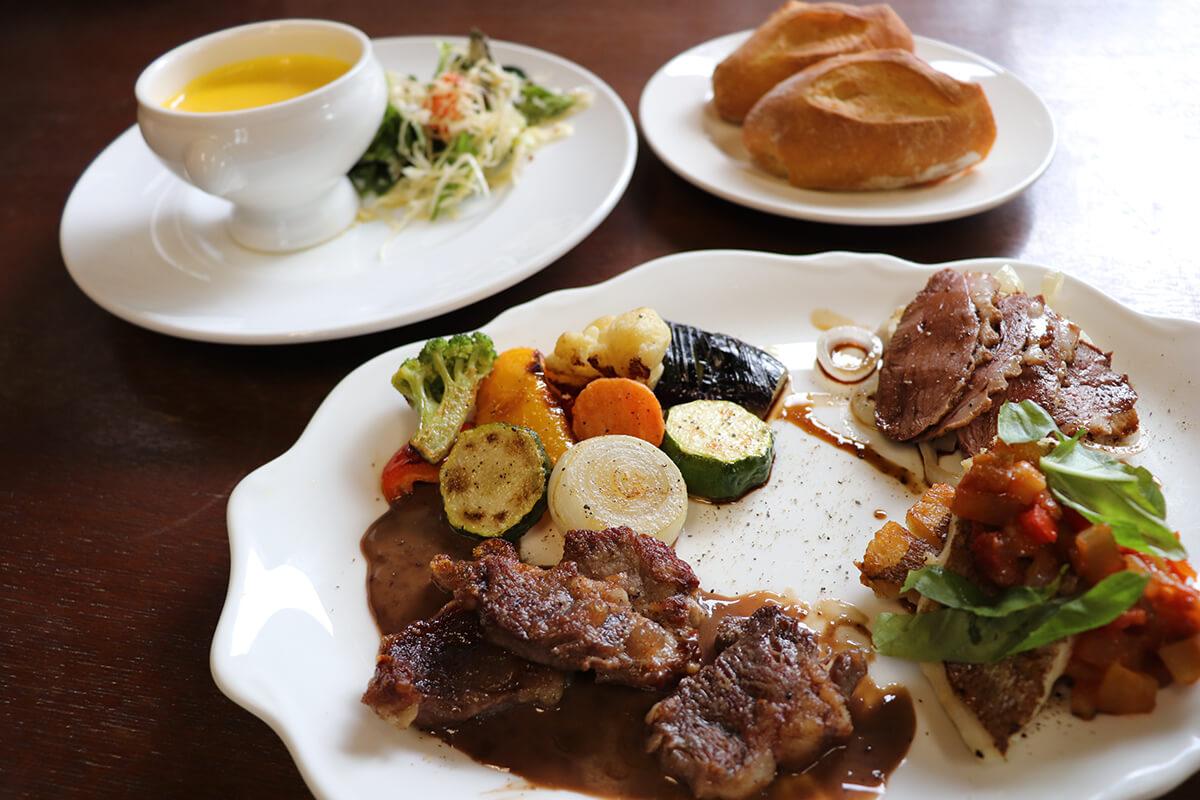 肉料理、魚料理、野菜のワンプレートにスープ、パンにコーヒーか紅茶もつく「ワンプレートランチ」(1,800円)