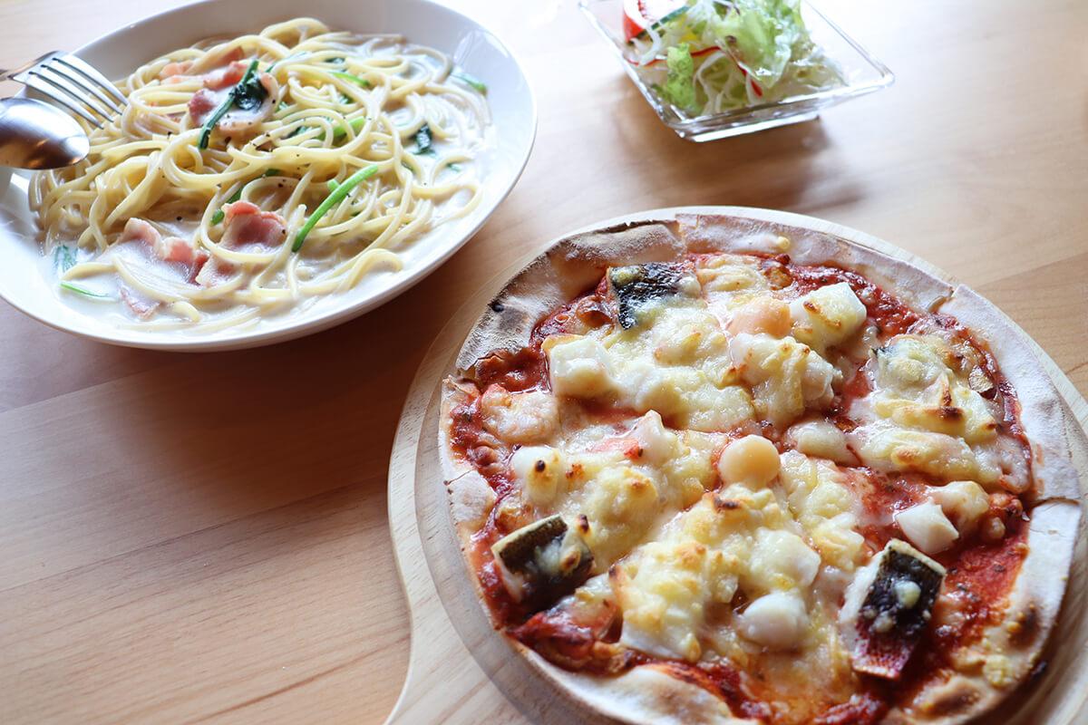 「ベーコンとホウレン草のクリームソースパスタ」(950円)、「シーフードピザ」(1,200)