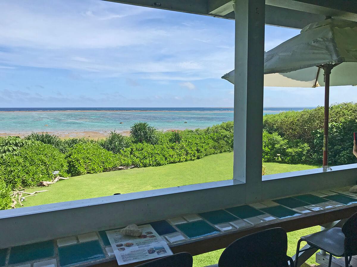 島の南側にある遠浅の海を望むバルコニーのカウンター席。庭に降りて写真撮影なども可能