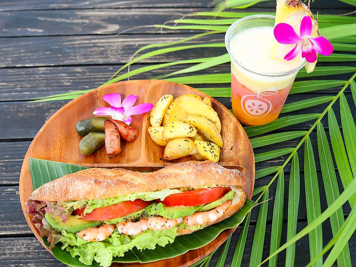 「エビとアボカドのサンド」1,300円と本日のトロビカルミックスジュース(パイナップル、グァバ、マンゴー)750円※季節により異なります