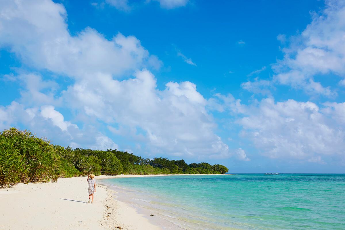 透き通るような青い海と白い砂が美しい