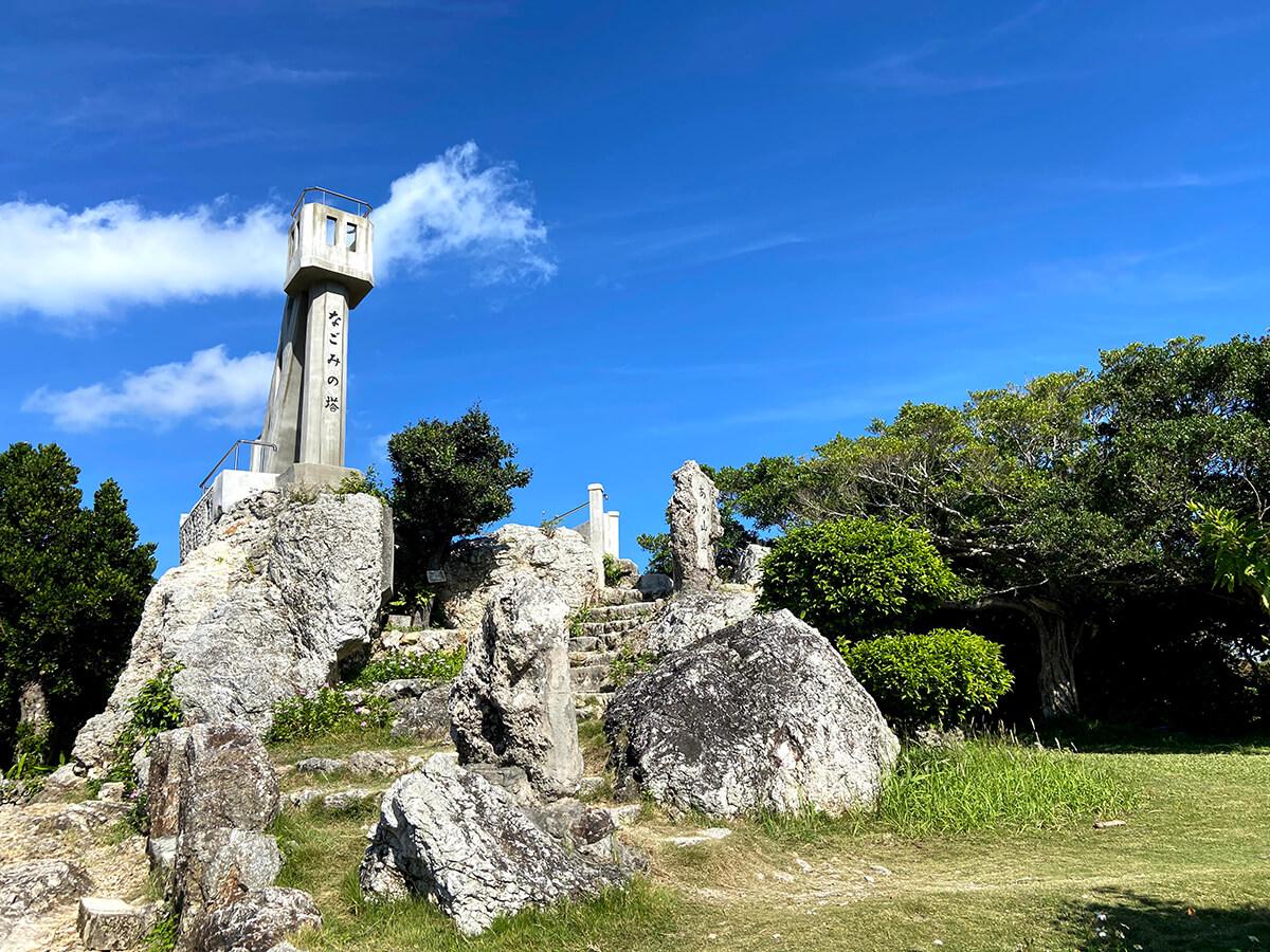 青い空に向かって立つなごみの塔