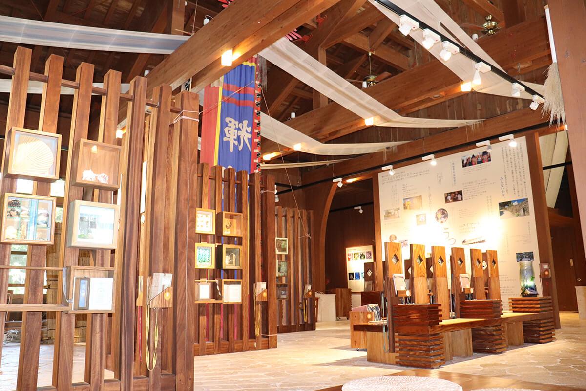 開放的な室内には本や展示が美しく並ぶ。絵葉書や本の販売もあり