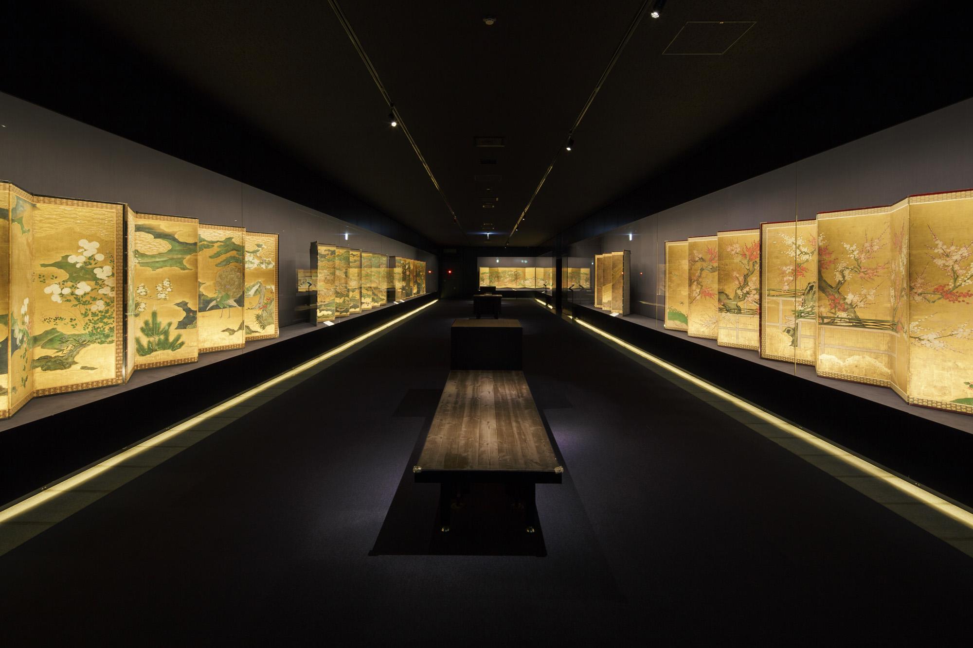 屋内展示面積は約5,000㎡と箱根最大級。写真は屏風をメインに日本絵画のコレクションを公開する3階展示室