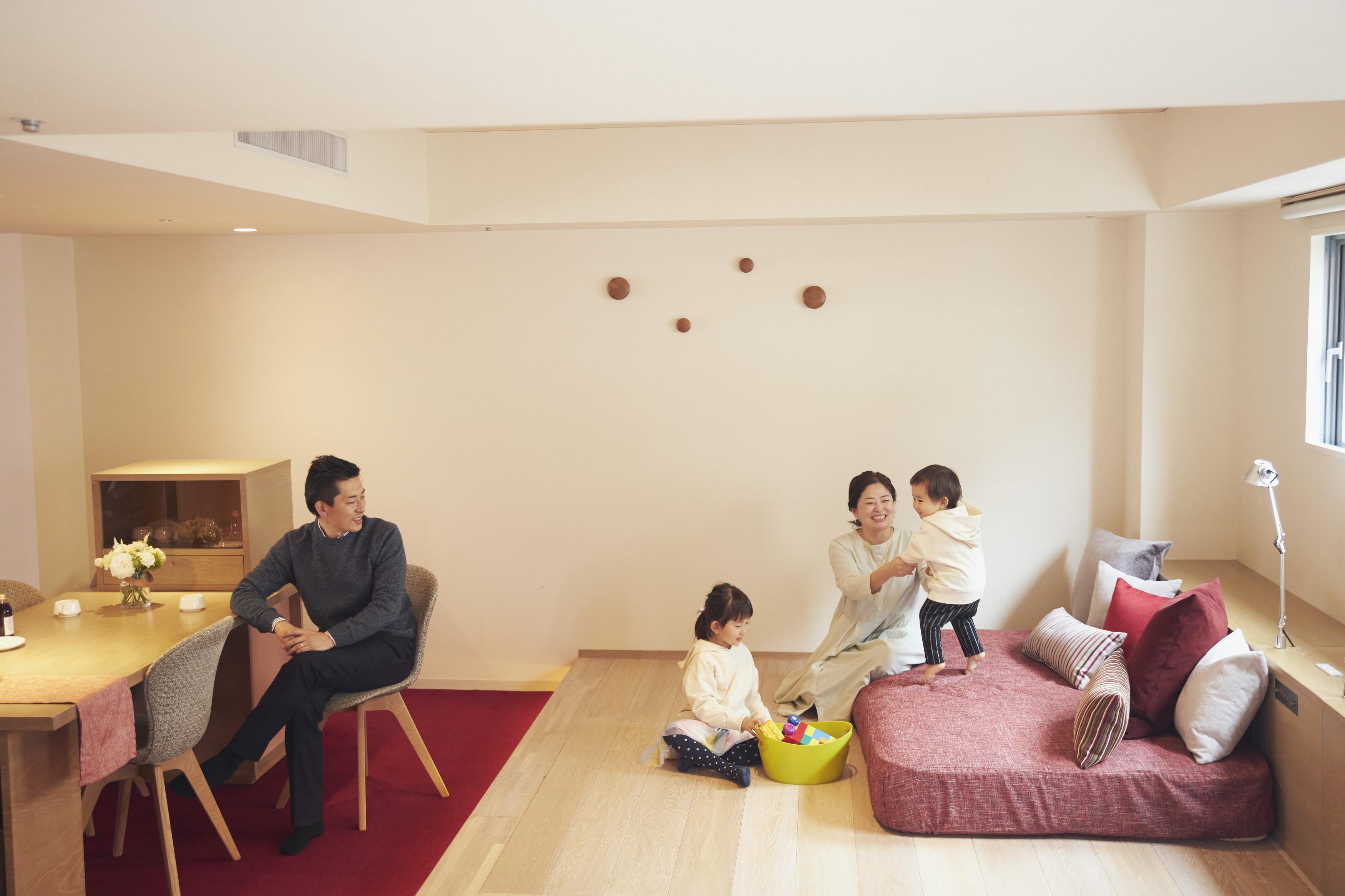 段差を利用したゾーニングが空間を効果的に演出する、レジデンス棟のテラスルーム
