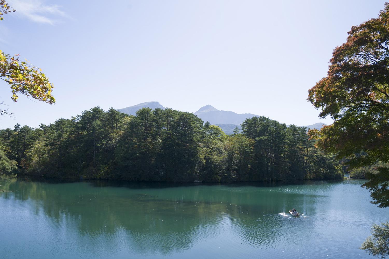 五色沼最大の毘沙門(びしゃもん)沼。林の向こうに磐梯山を望む