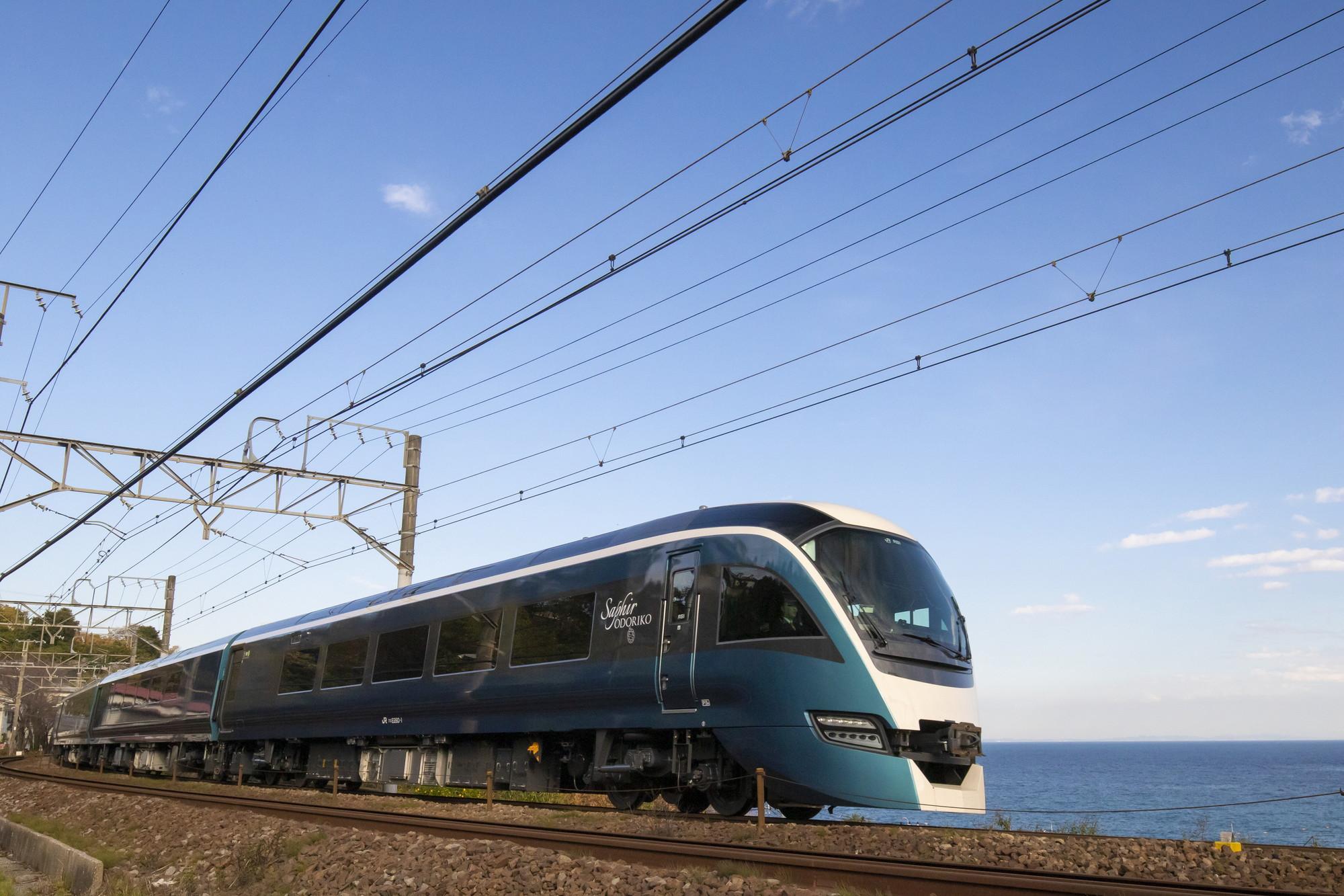 相模湾の海岸線を疾走する車窓からは、天気のいい日は富士山や伊豆大島も望めます