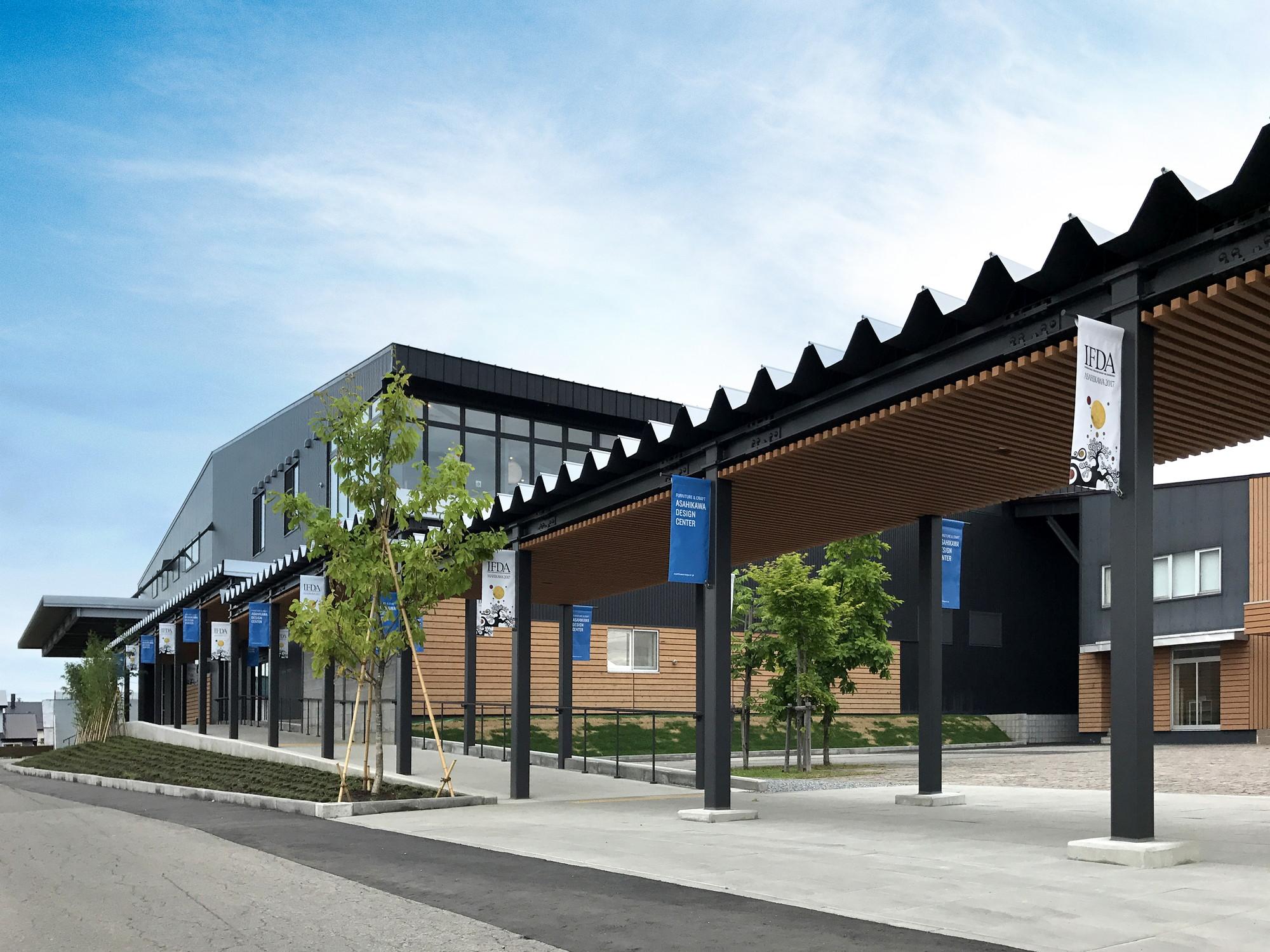 モダンな佇まいで目を引く旭川デザインセンター