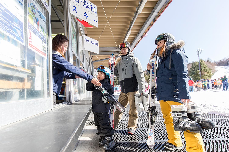 スキー板やブーツ、ウエアなどを借りる「レンタル棟」
