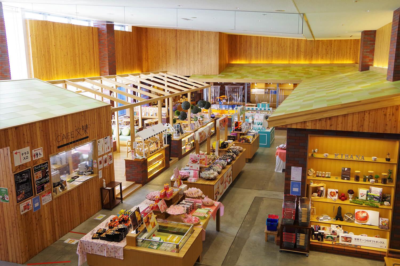 木工クラフトの街、旭川市らしく木の温もりに包まれた店内。北海道産の松材を多用しています