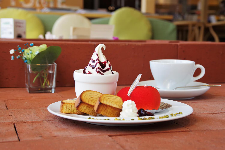 デザートプレート(670円)。赤いケーキは、ピスタチオジュレとホワイトチョコムースの「クール」
