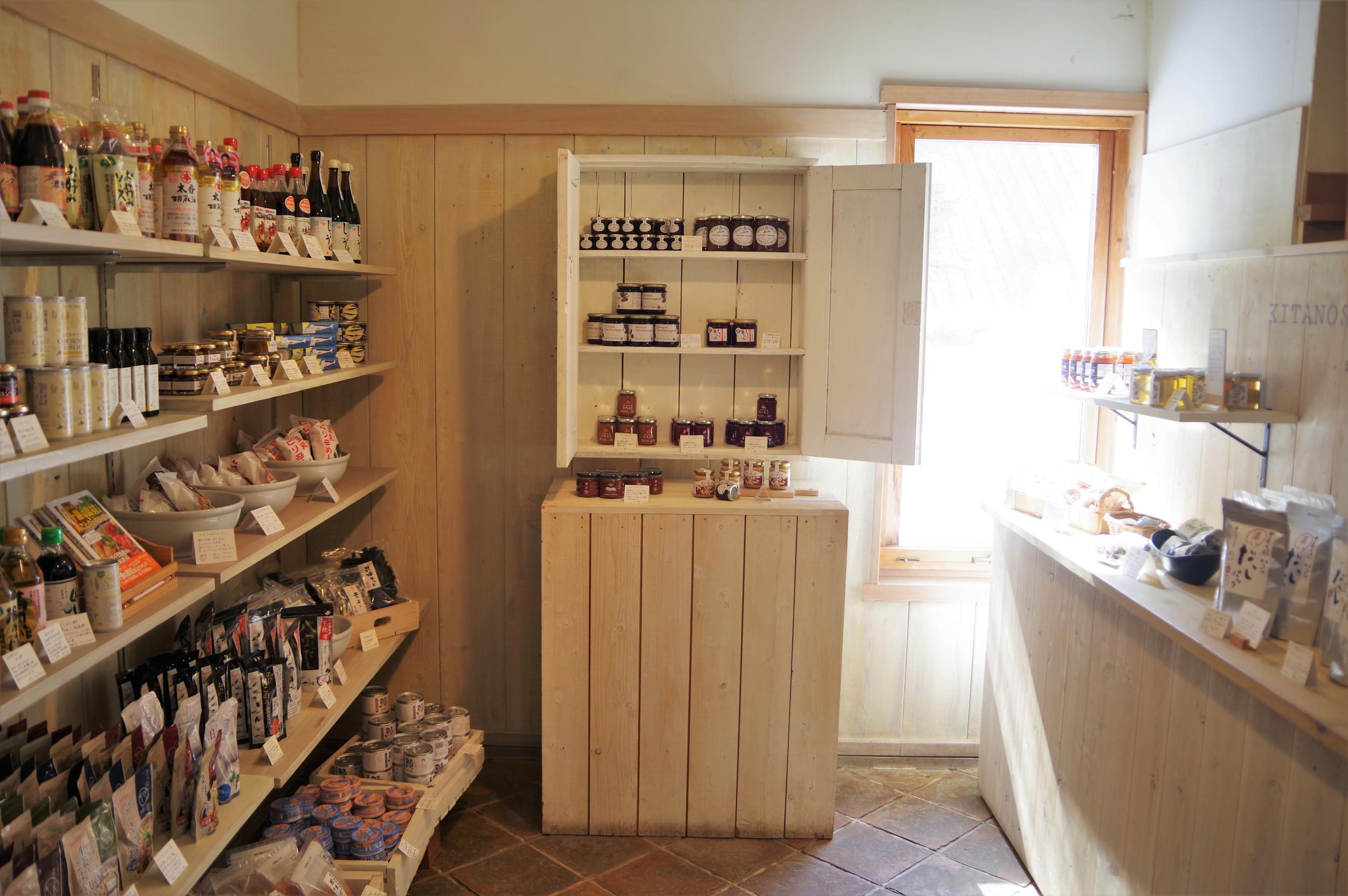 カフェ入口の販売コーナー。オーガニック素材の調味料をはじめ、さまざまなアイテムに目を奪われます