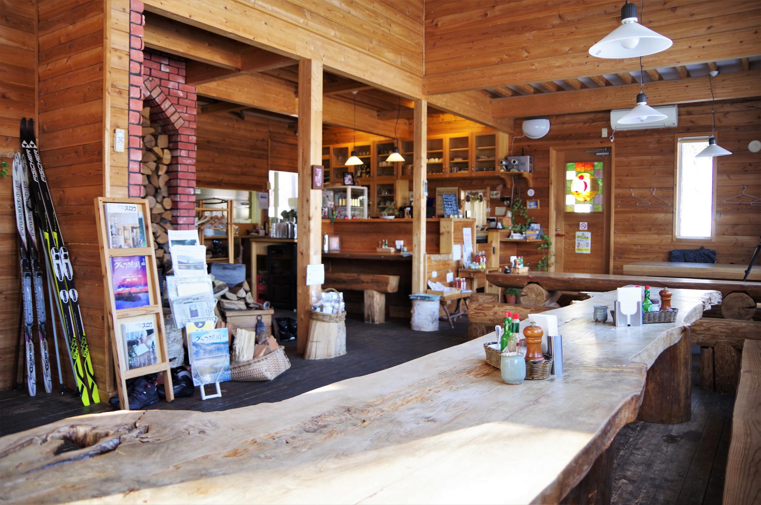 店内の椅子やテーブルの一部、暖炉の薪などはこの地で伐採した木材を使用