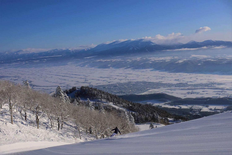 正面遠くに大雪山連峰や十勝岳を望み、雄大な風景も楽しめるスキー場