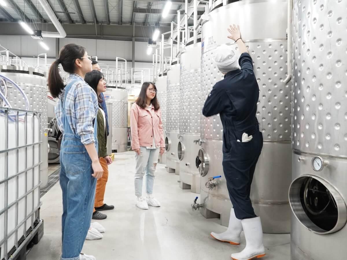 醸造所内でスタッフの説明を受けながら見学できます