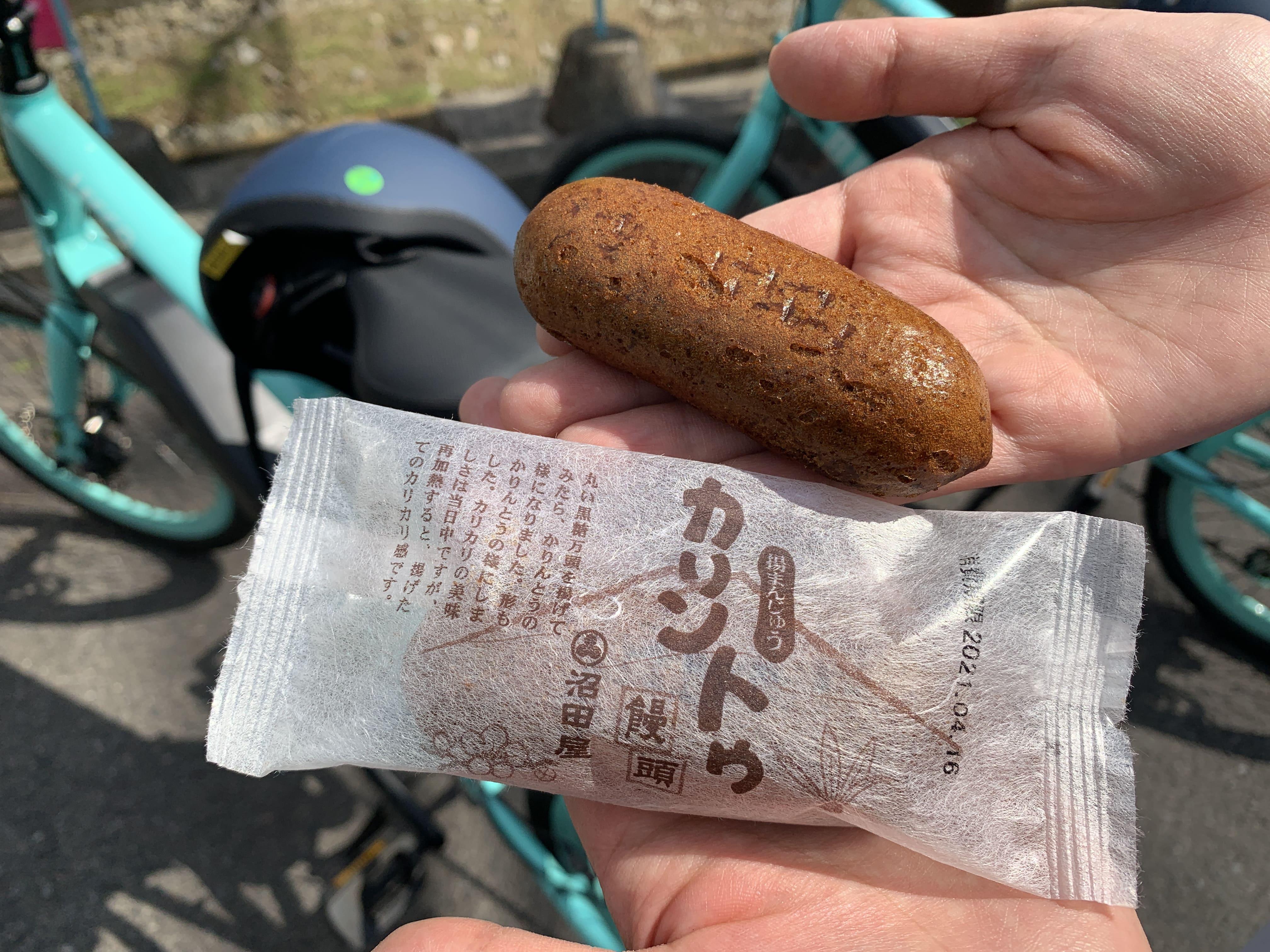 最初の鳥居すぐの老舗和菓子店「沼田屋」。黒糖を使った揚げ饅頭「カリントウ饅頭」は大人気。周辺は交通量が多いので乗降は気をつけて。