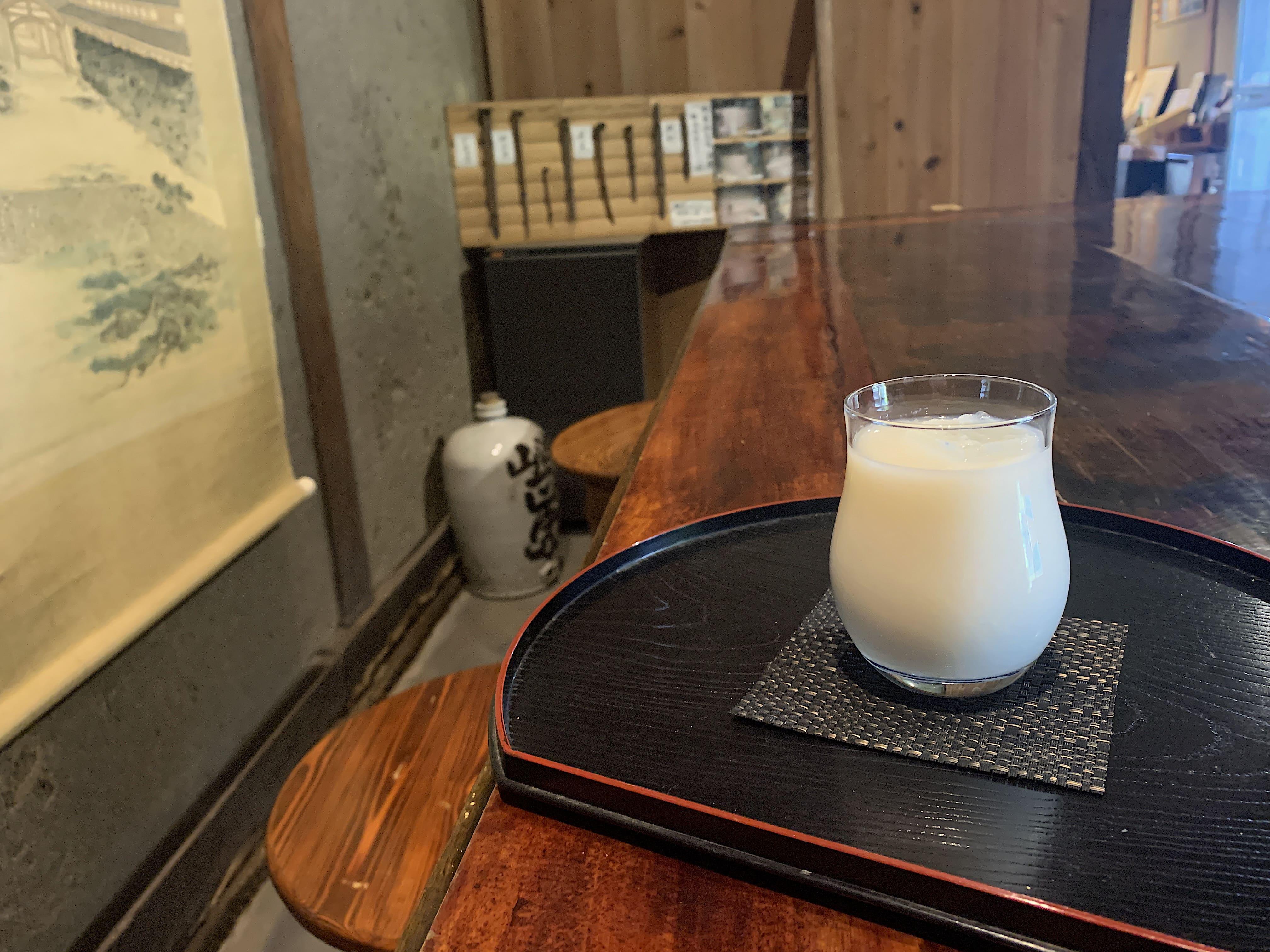 蔵の歴史を感じながら栄養満点の酒蔵特製甘酒(ノンアルコール)を堪能。テラス席もある。