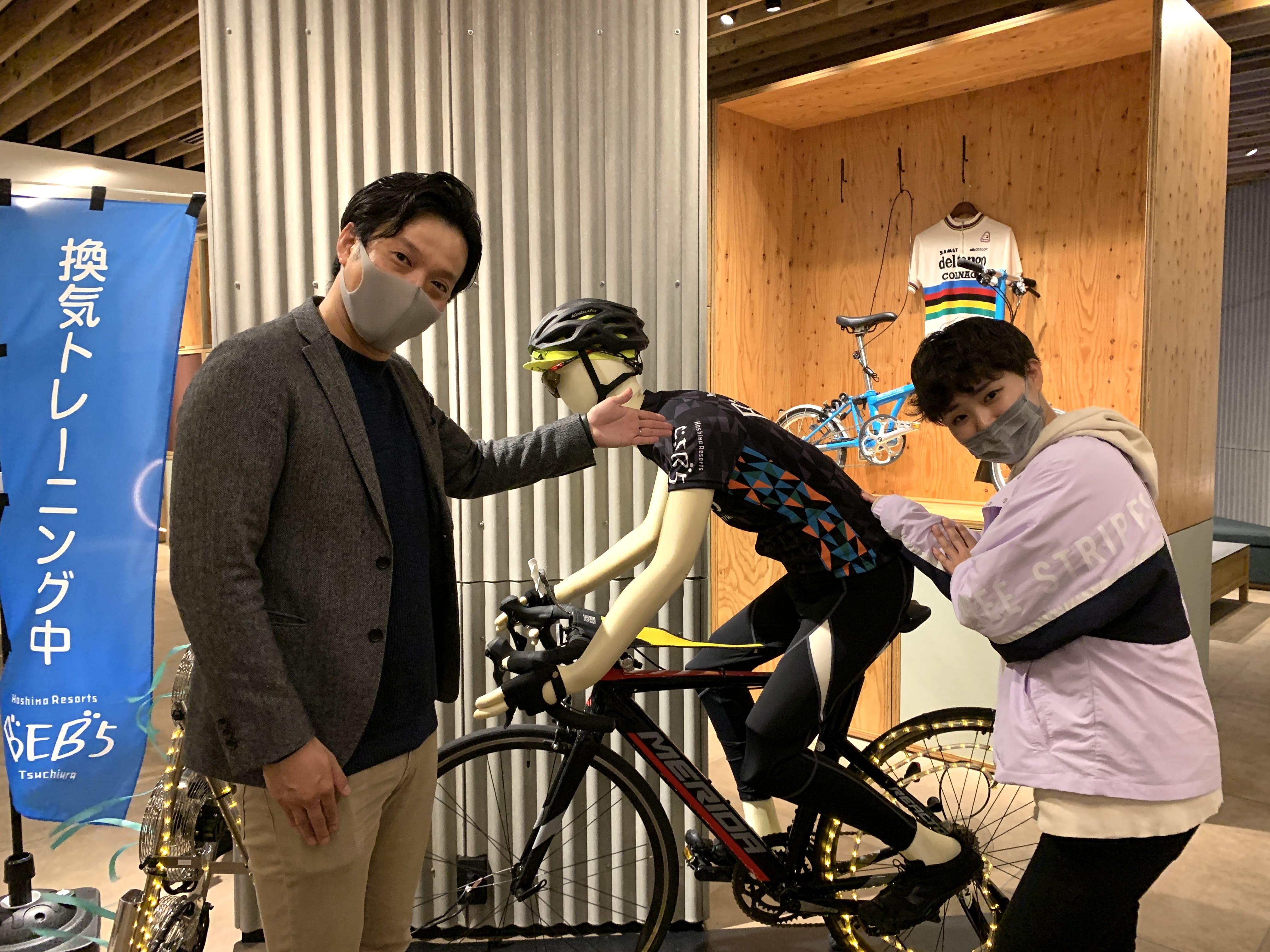 自転車が大好きと言うBEB5土浦の大庭総支配人とスタッフの齋藤桃乃さん