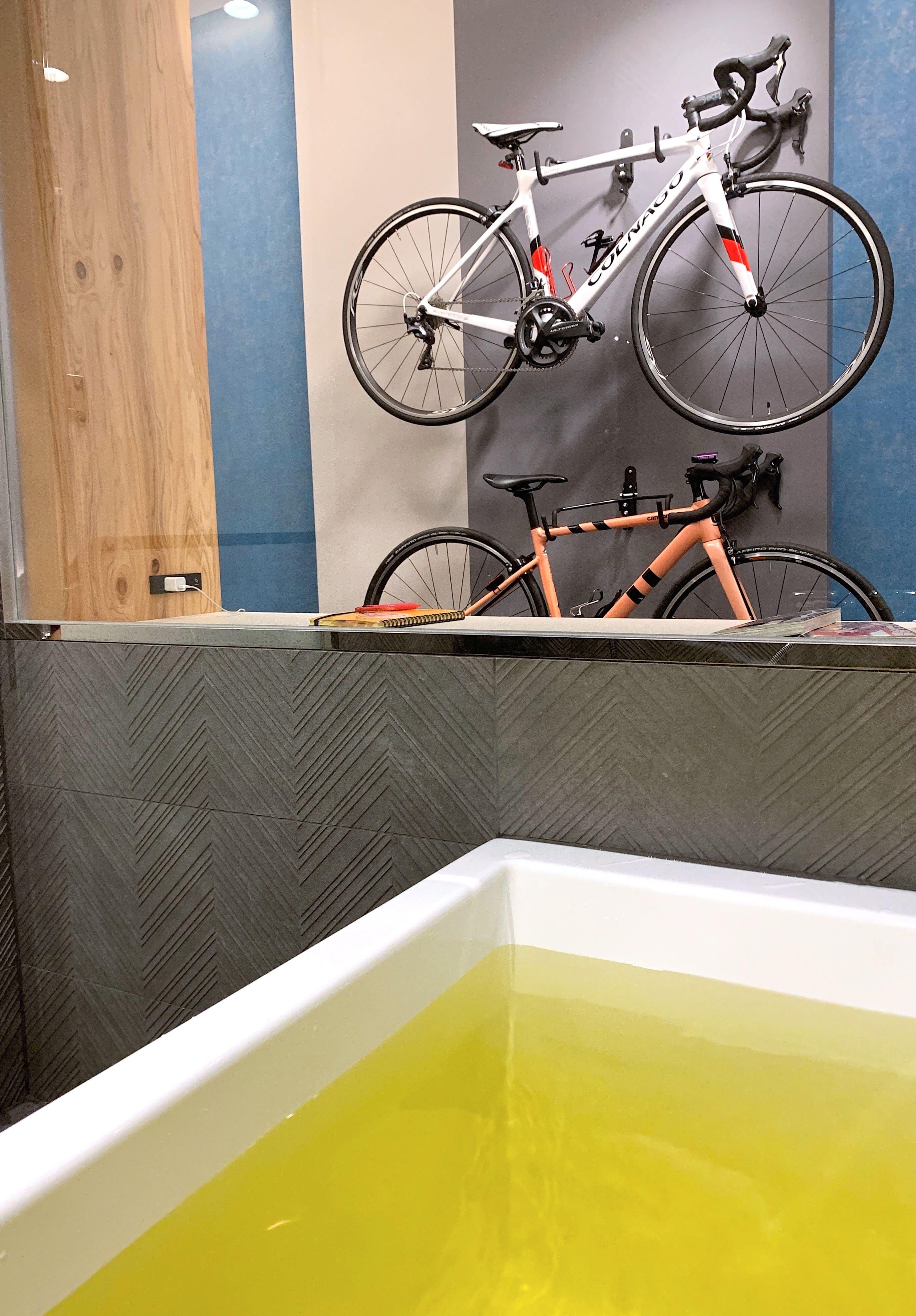 客室に自転車が持ち込める「サイクルルーム」。湯船に浸かり、愛車を眺めながらのバスタイムは最高!? アトレ内のドラッグストアで入浴剤も購入。